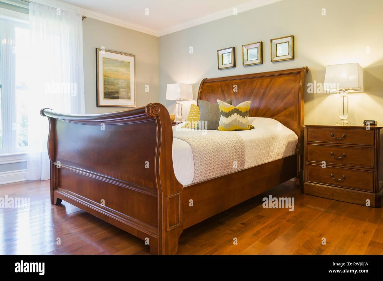 Braun antike Pferdeschlitten Queen size Bett im Schlafzimmer ...