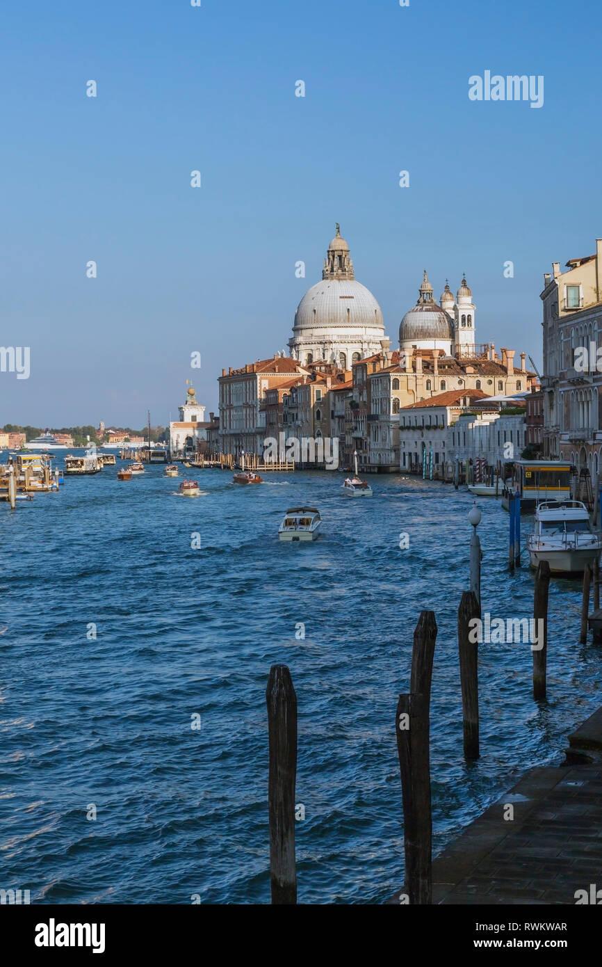 Wassertaxis und Vaporetto am Grand Canal, Palast, Santa Maria della Salute Basilika, Dorsoduro, Venedig, Italien Stockfoto