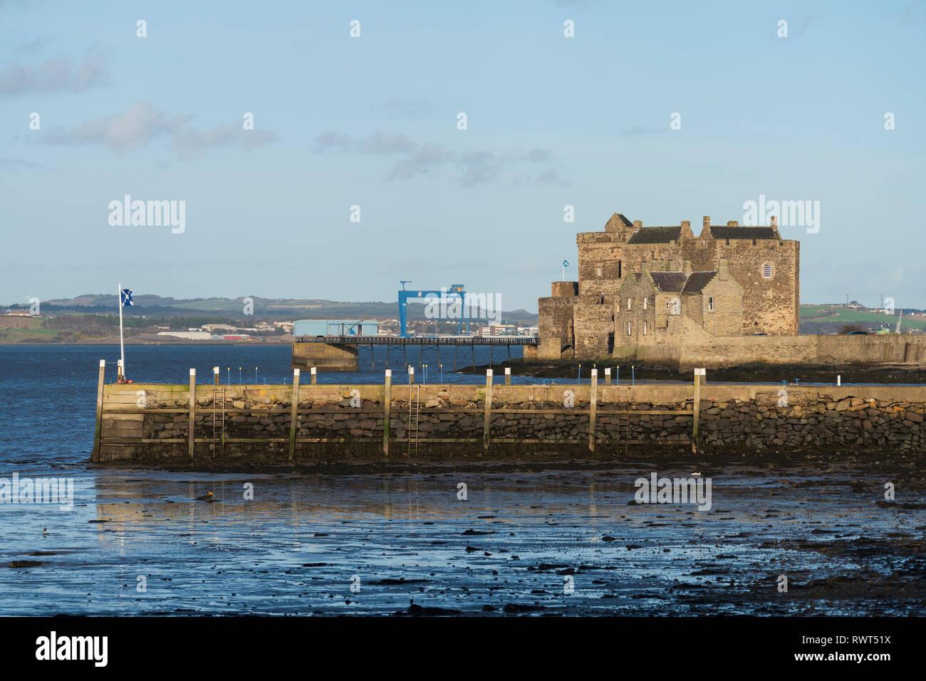Ansicht des Blackness Castle auf der Firth-of-Forth in Dorf Schwärze, Schottland, Großbritannien. Lage von Outlander TV-Show, Stockbild