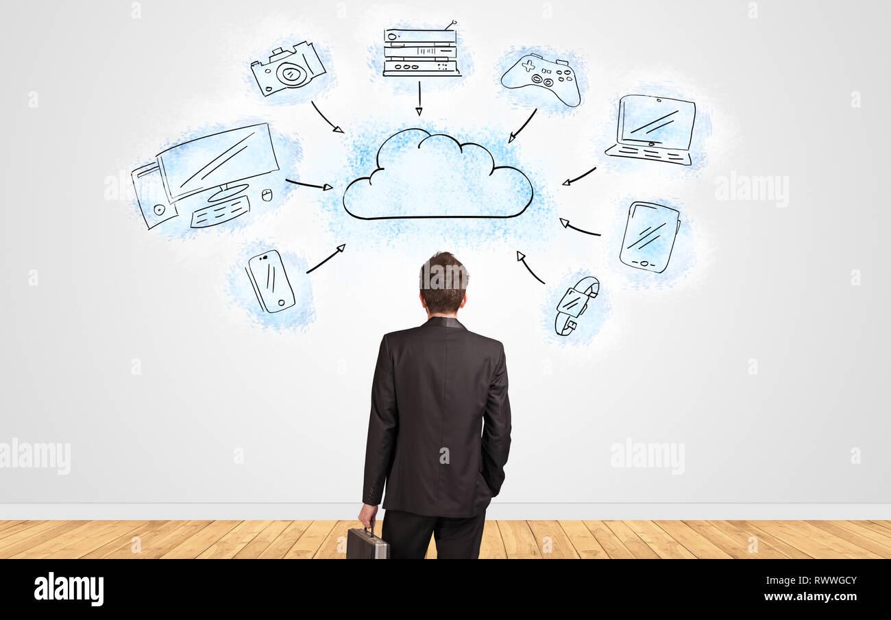 Junge Unternehmer im Zweifel an einer Wand mit Cloud Technologie Konzept suchen Stockbild