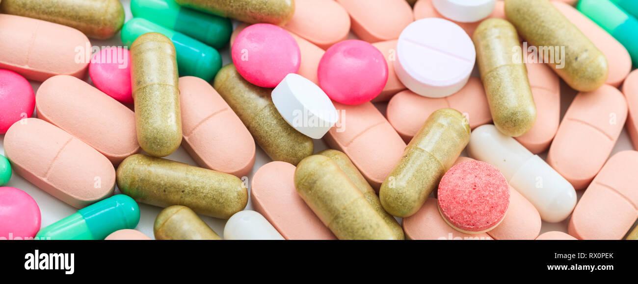 Medizin, Medikamente. Bunte Pillen und Kapseln Hintergrund, Banner, Nahaufnahme der Ansicht von oben Stockfoto