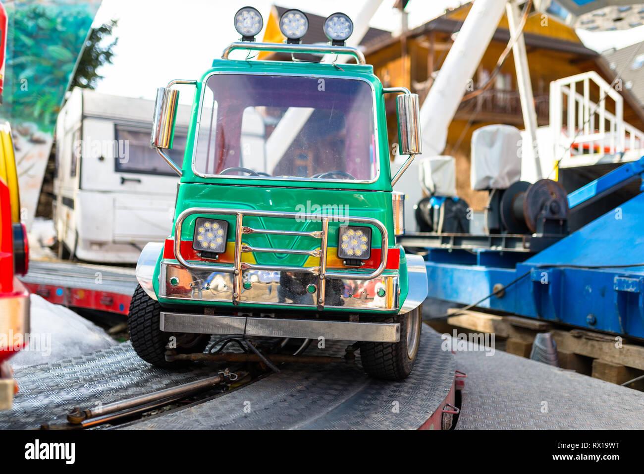 Elektrische Green Car für Kinder auf dem Weg in einen Vergnügungspark. Stockbild