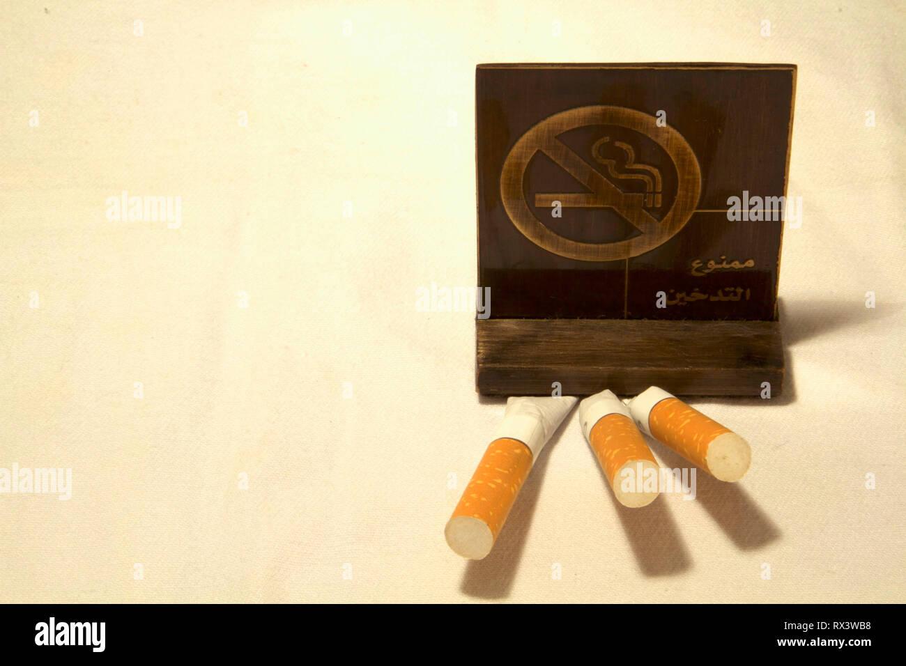 Dubai-No rauchen Metall Tag mit Zigaretten auf dem Tisch 5 Stockbild