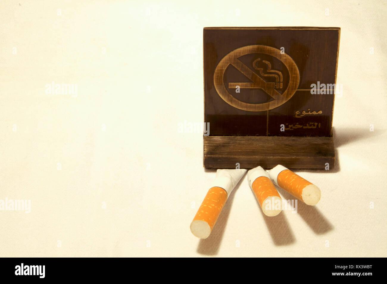 Dubai-No rauchen Metall Tag mit Zigaretten auf dem Tisch 6 Stockbild