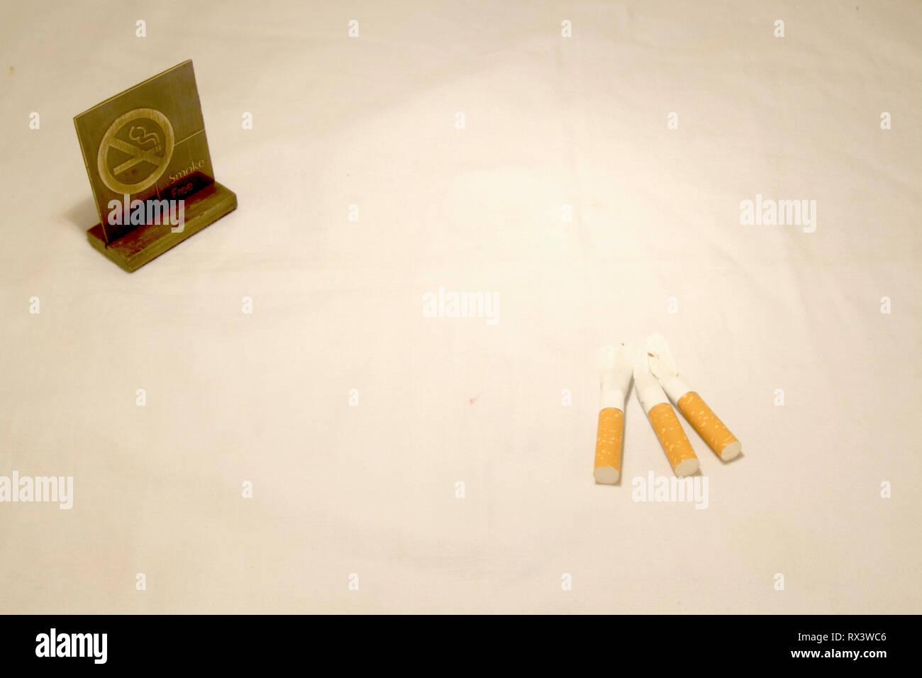 Dubai-No rauchen Metall Tag mit Zigaretten auf dem Tisch 8 Stockbild