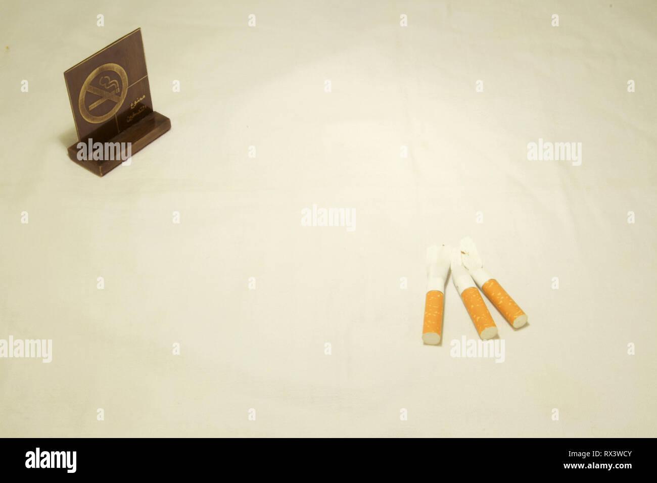 Dubai-No rauchen Metall Tag mit Zigaretten auf dem Tisch 9 Stockbild