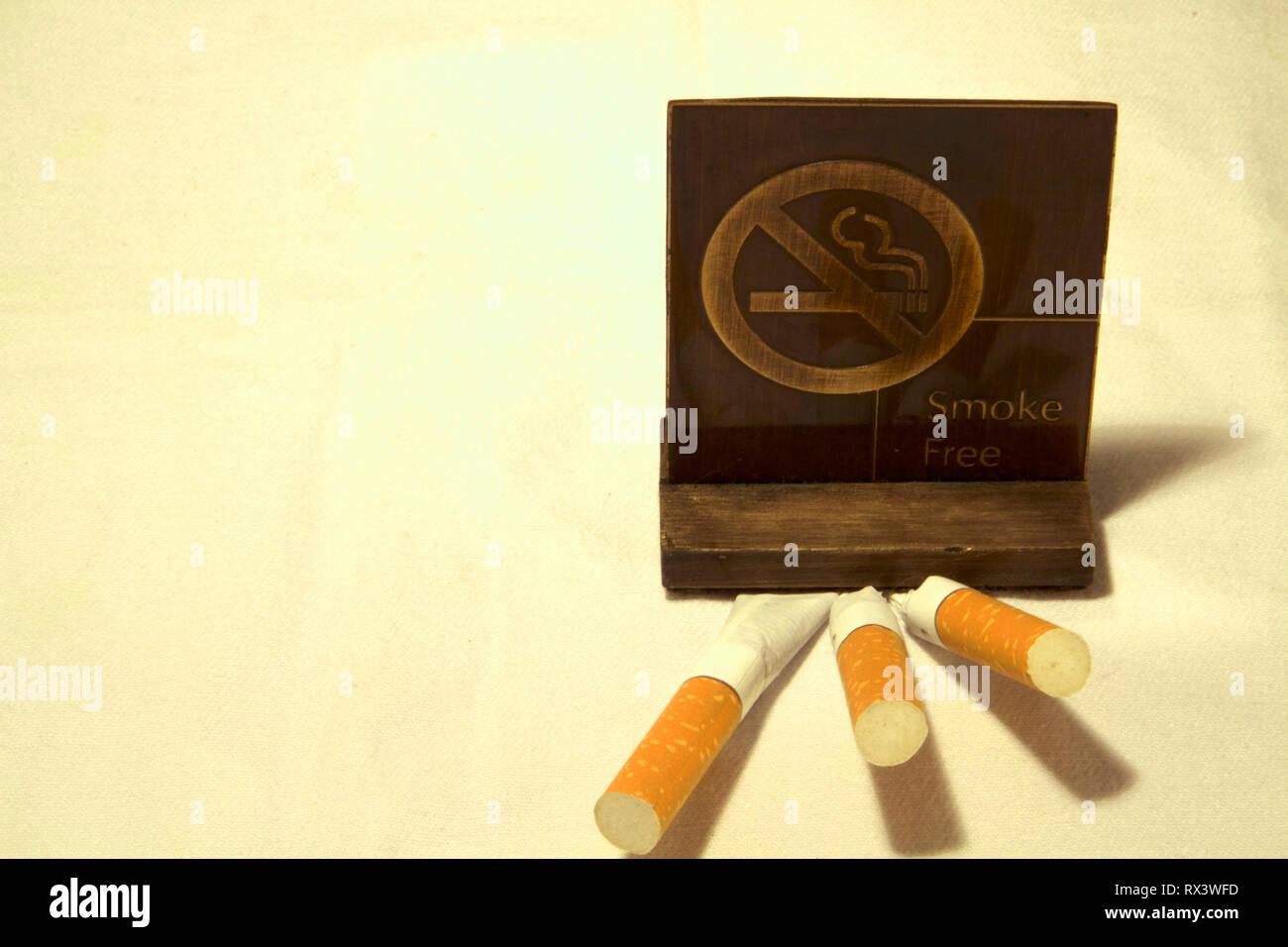Dubai-No rauchen Metall Tag mit Zigaretten auf den Tisch 20. Stockbild