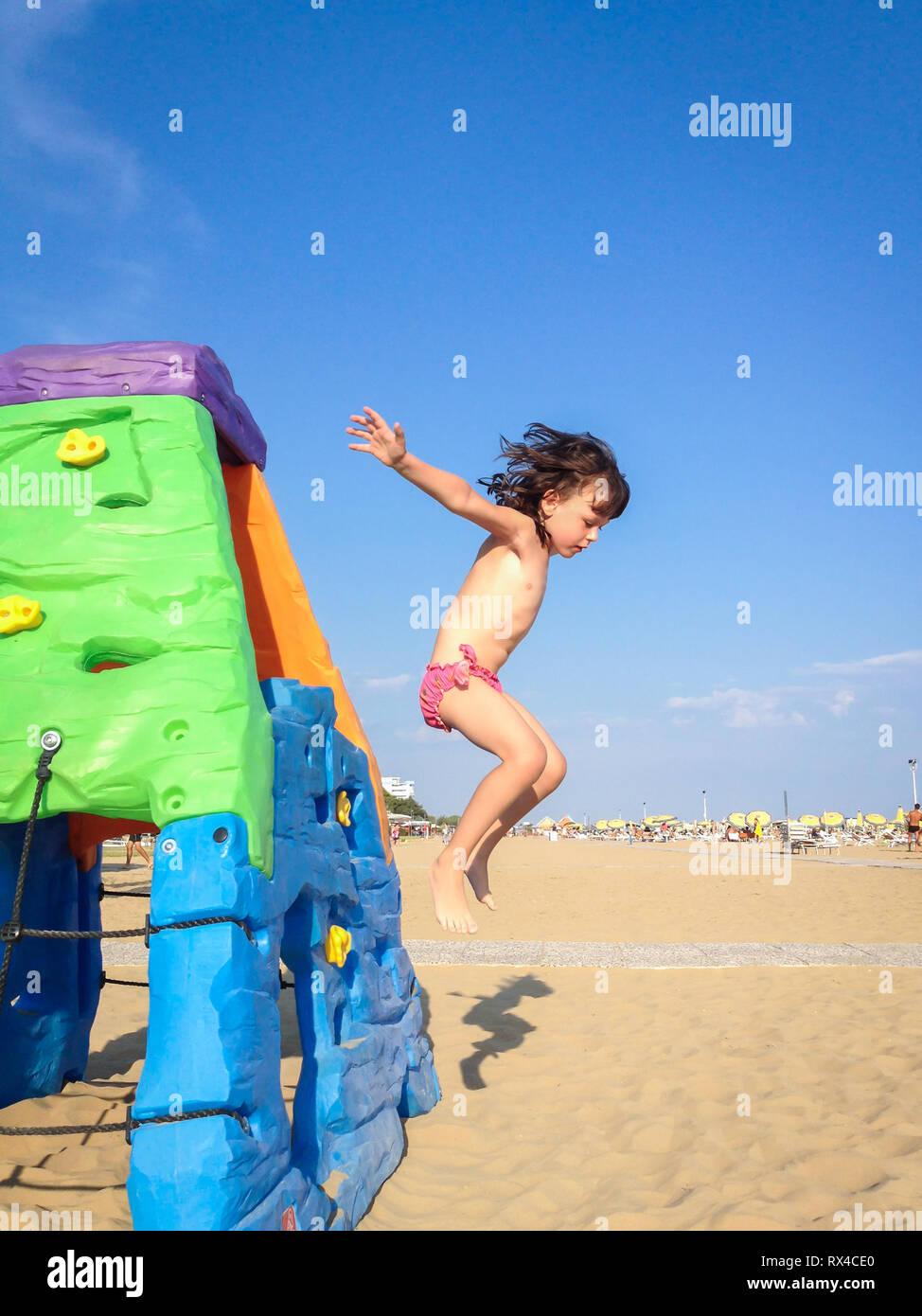 Das Kleine Mädchen Springen Von Einem Bunten Spielzeug Haus