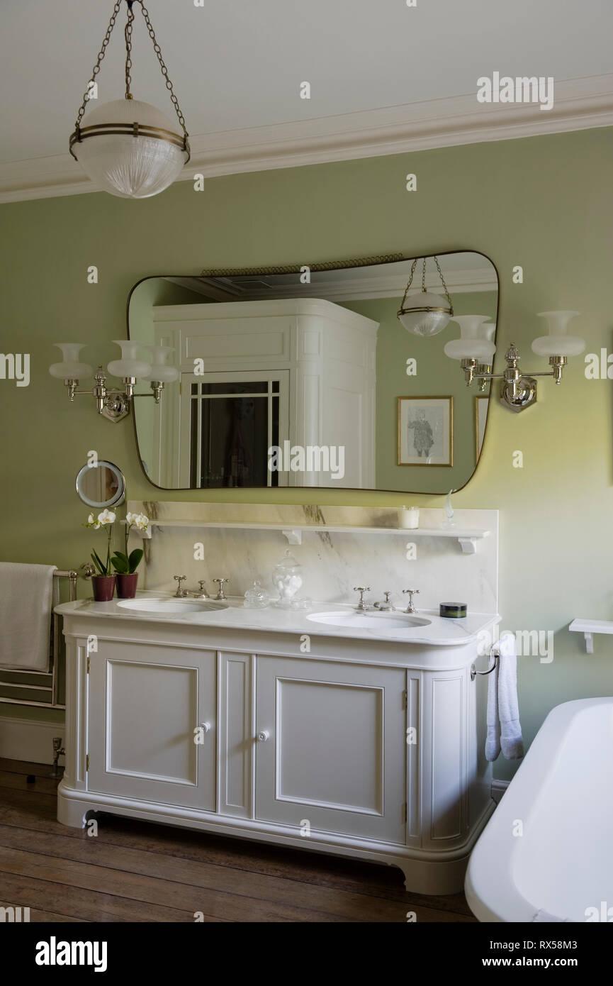 Waschbecken in Grün und Weiß gehaltenes Badezimmer Stockfoto ...