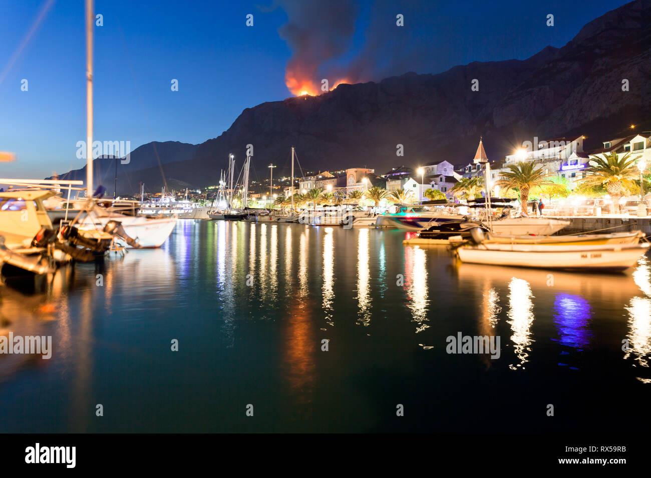 Makarska, Dalmatien, Kroatien, Europa - ein wildfire in den Bergen von Makarska in der Nacht Stockfoto