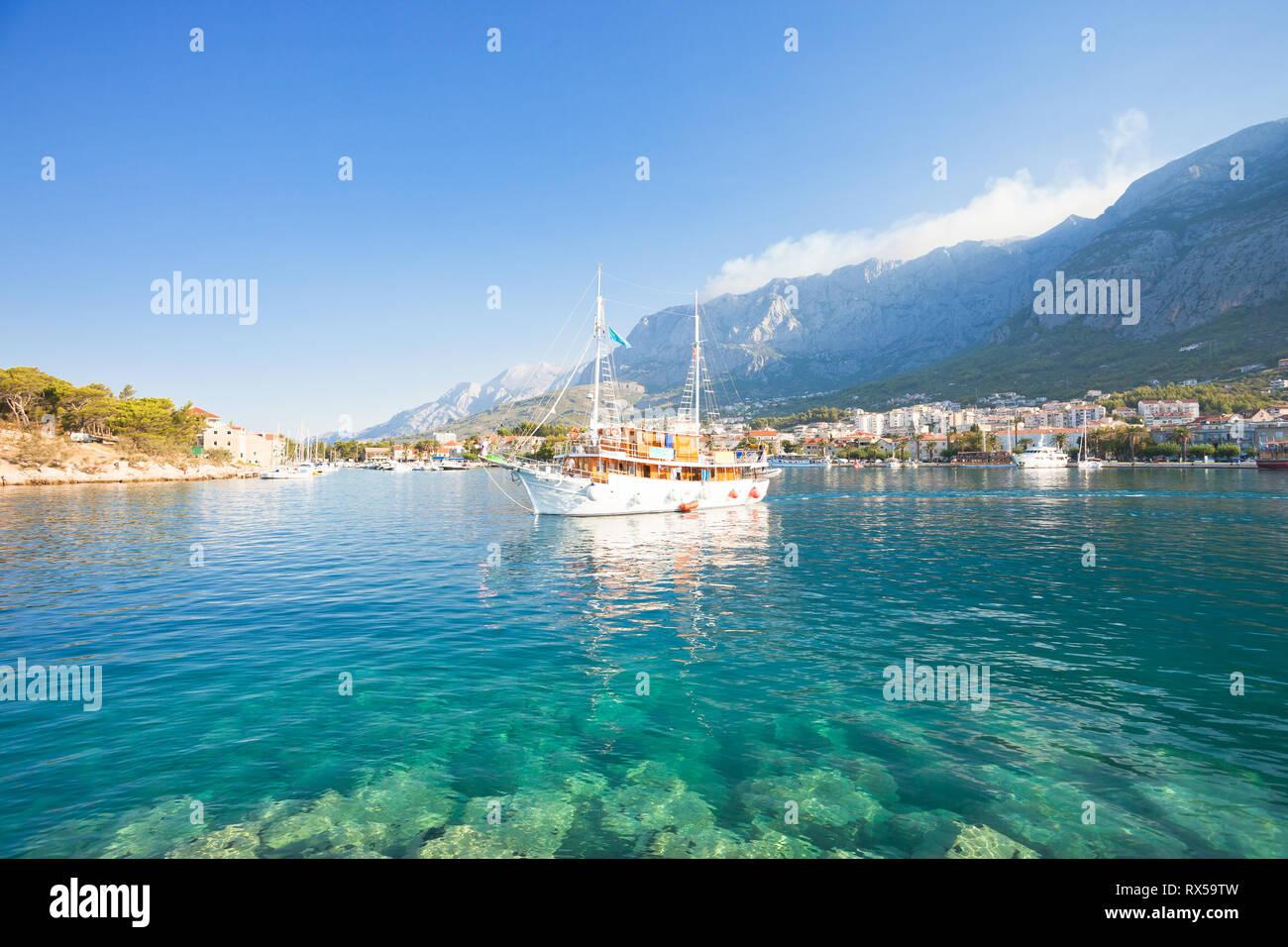 Makarska, Dalmatien, Kroatien, Europa - eine touristische Party Boot aus dem Hafen von Makarska. Stockfoto