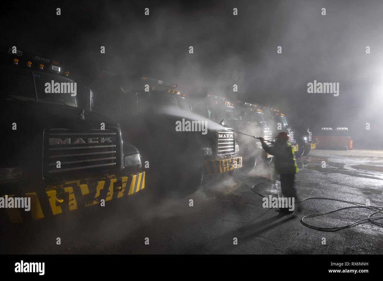 Arbeitnehmer Sprühwäsche bau Muldenkipper sehr früh am Morgen Stockbild