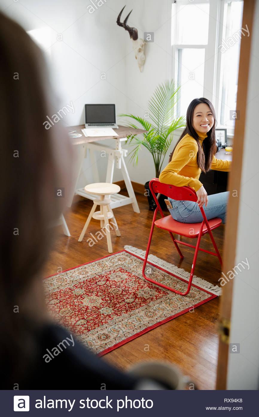 Glückliche junge Frau arbeiten im Home Office Stockbild