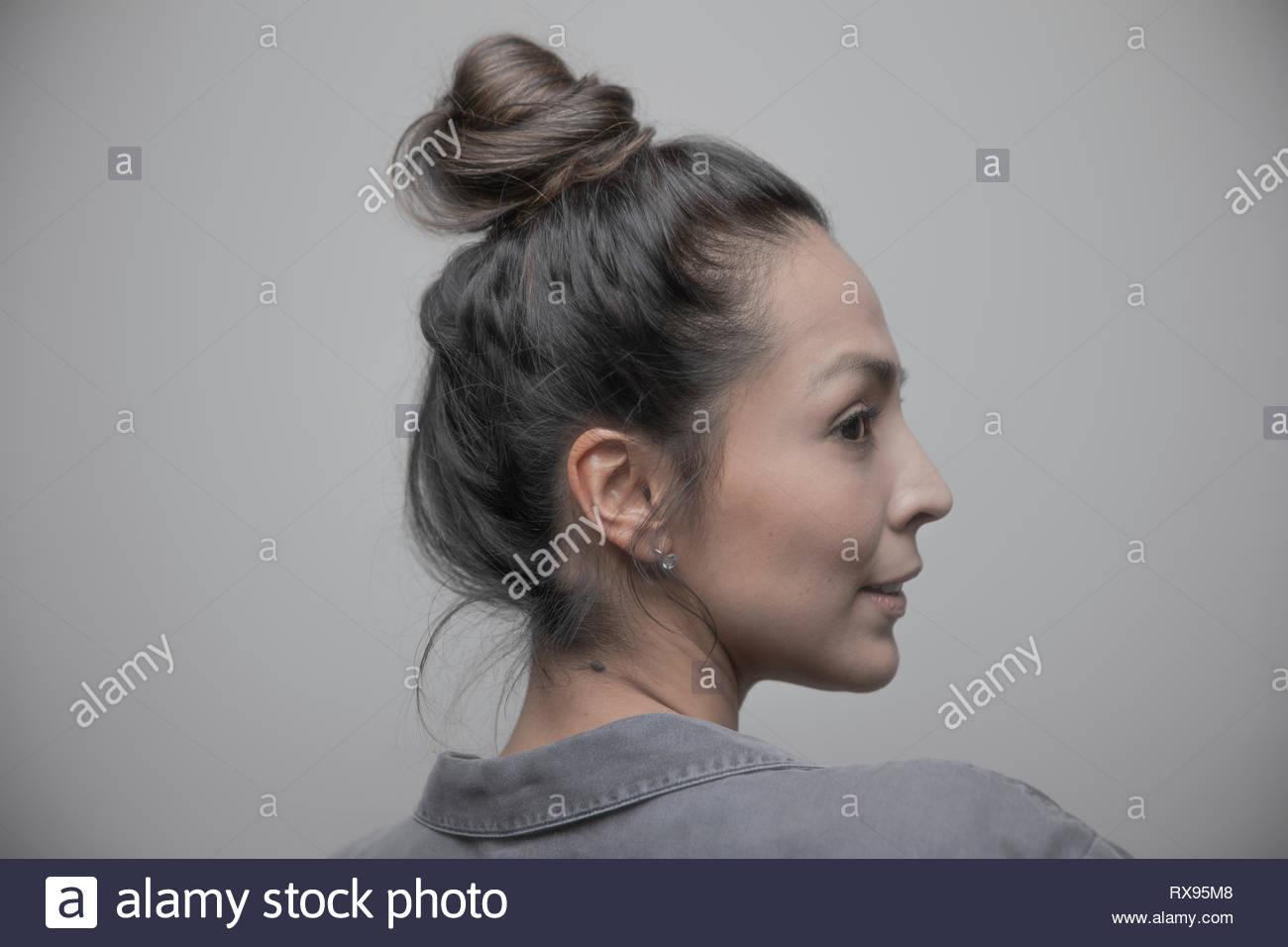 Profil Portrait schöne Latina Frau über die Schulter schauen Stockbild