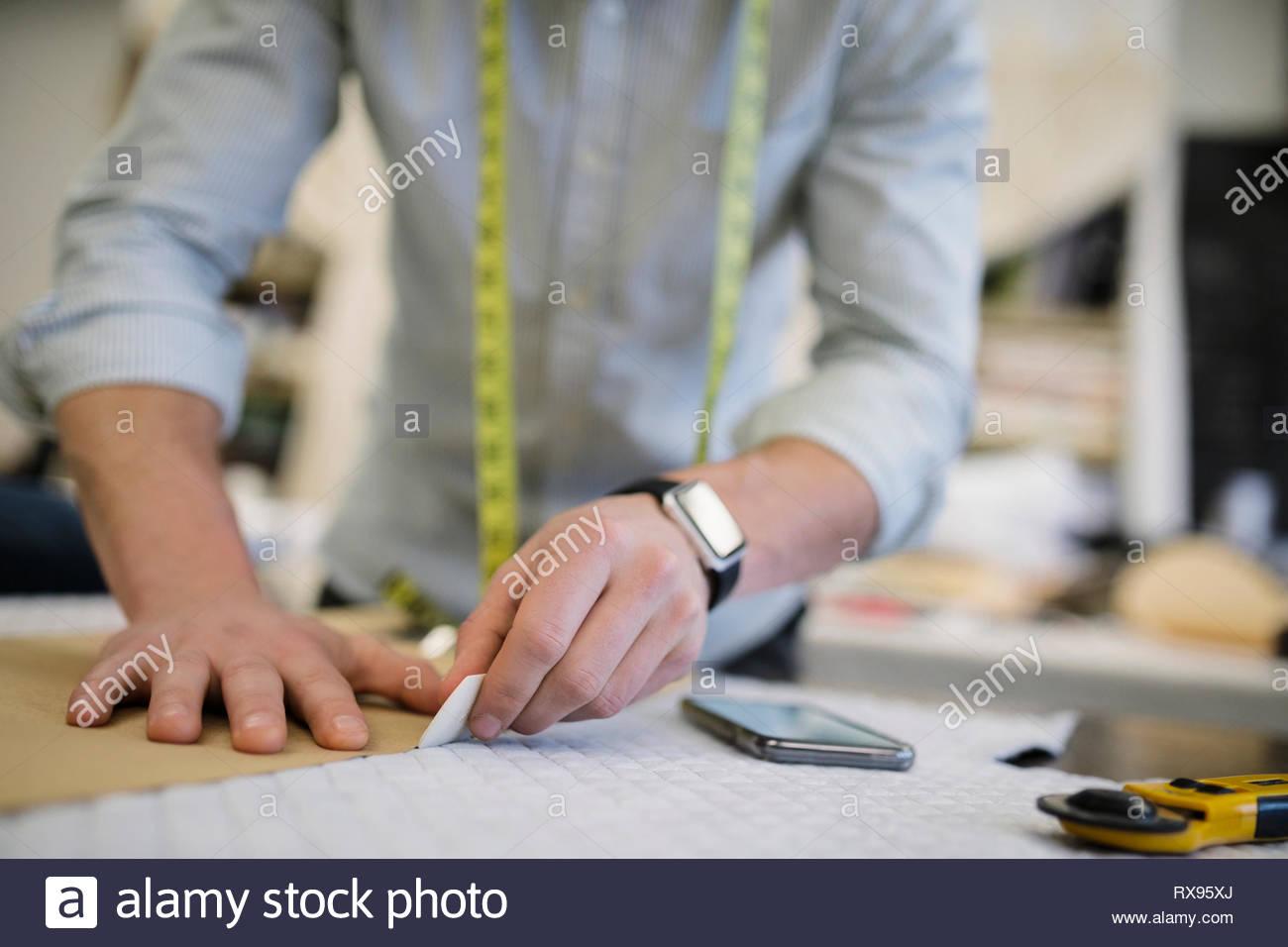 Männliche Fashion Designer schneiden nähen Muster Stockfoto