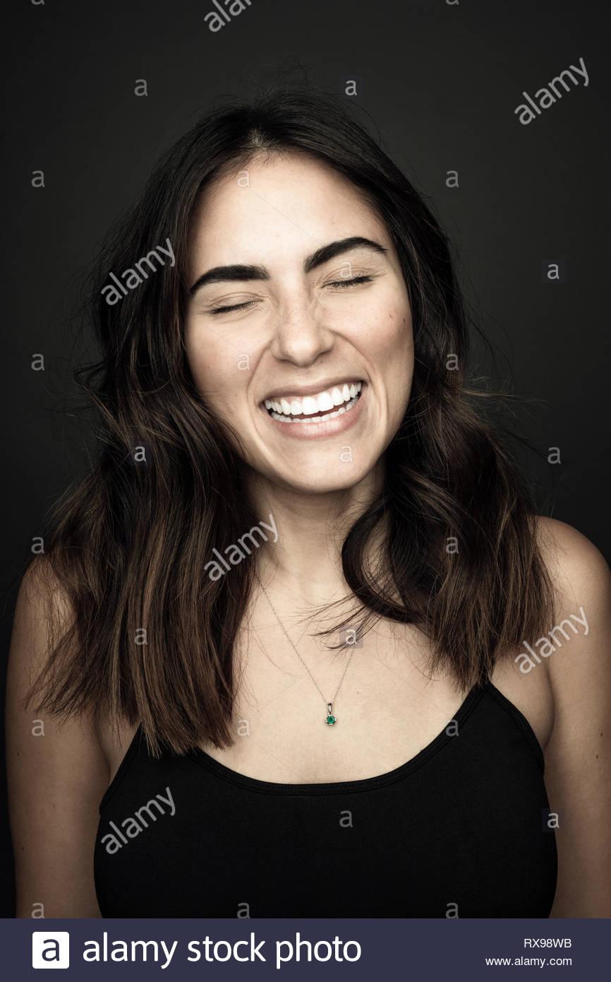 Porträt unbeschwert Schöne junge brunette Latina Frau lachend Stockbild