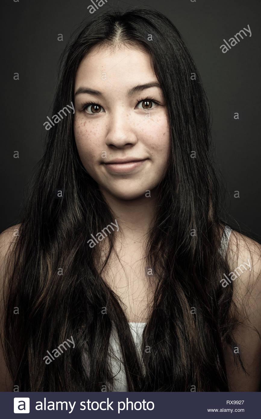 Portrait zuversichtlich schönes junges Mädchen mit langen schwarzen Haaren und braunen Augen Stockbild