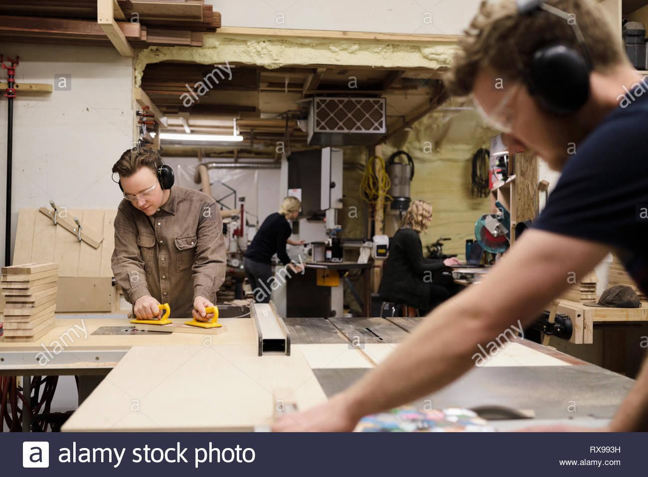 Tischler arbeiten in Werkstatt Stockbild