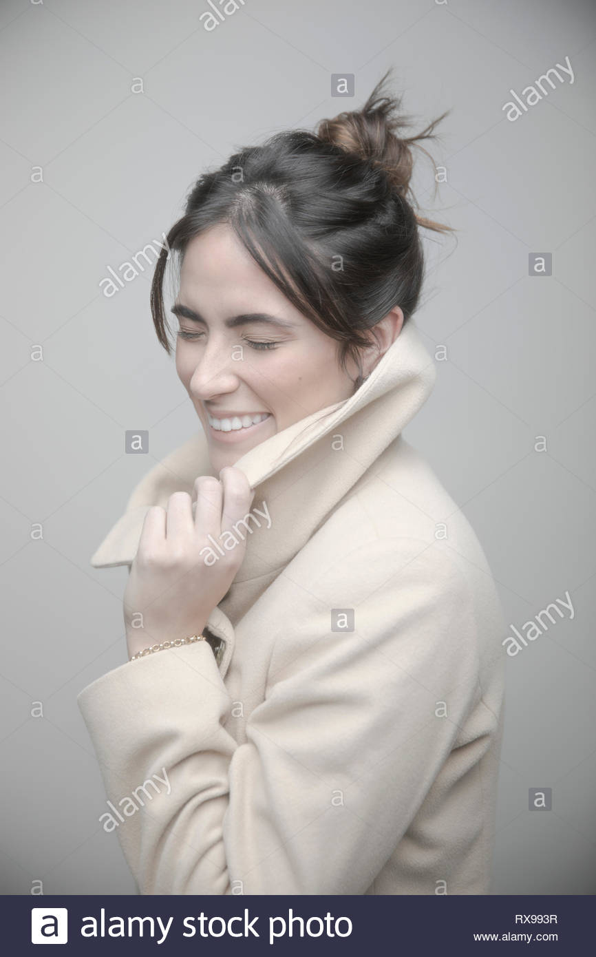 Portrait schöne junge brünette Frau mit Mantel Stockbild