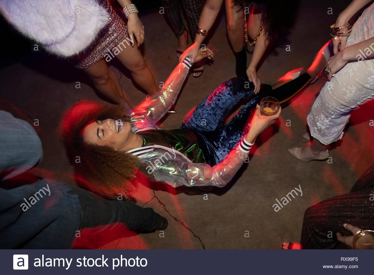 Lachende junge Frau auf der Tanzfläche in der Diskothek Stockbild