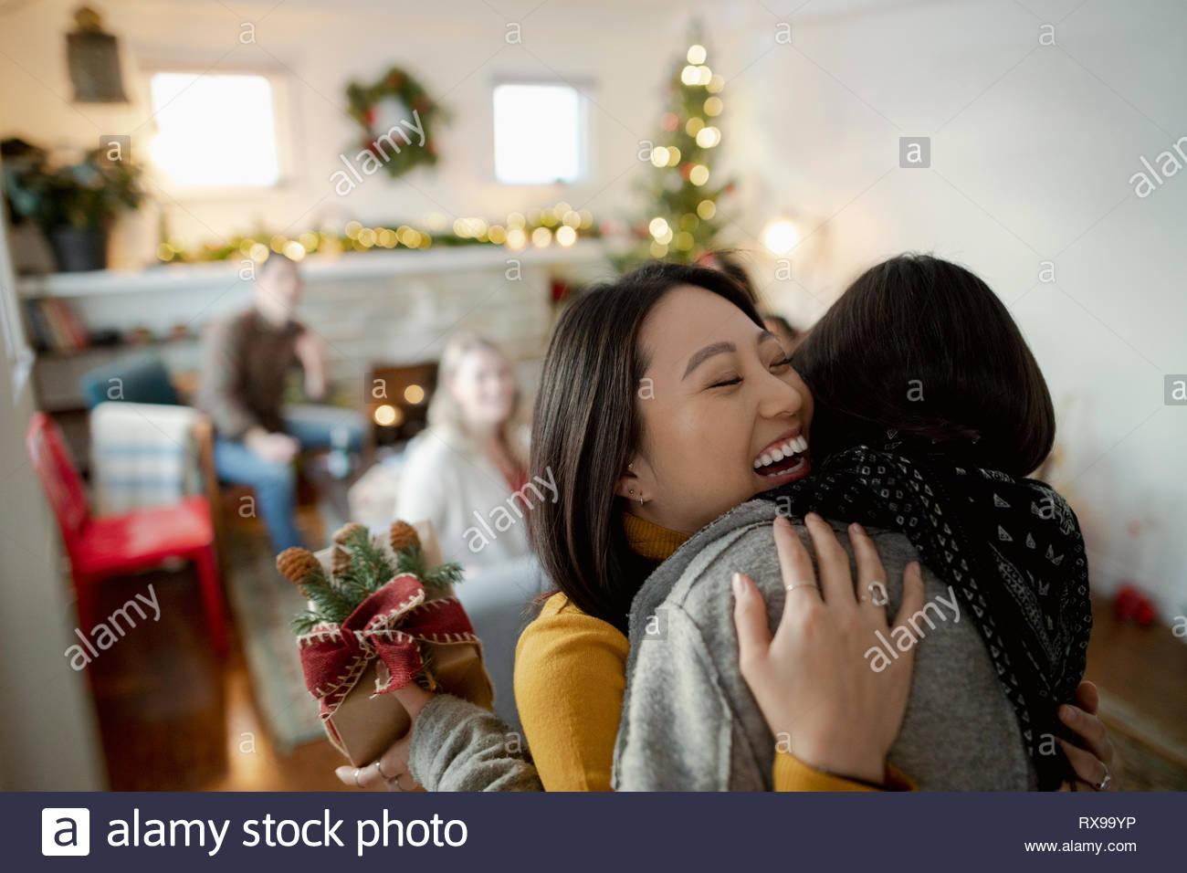 Glückliche junge Frau gruss Freund mit Weihnachtsgeschenk Stockbild