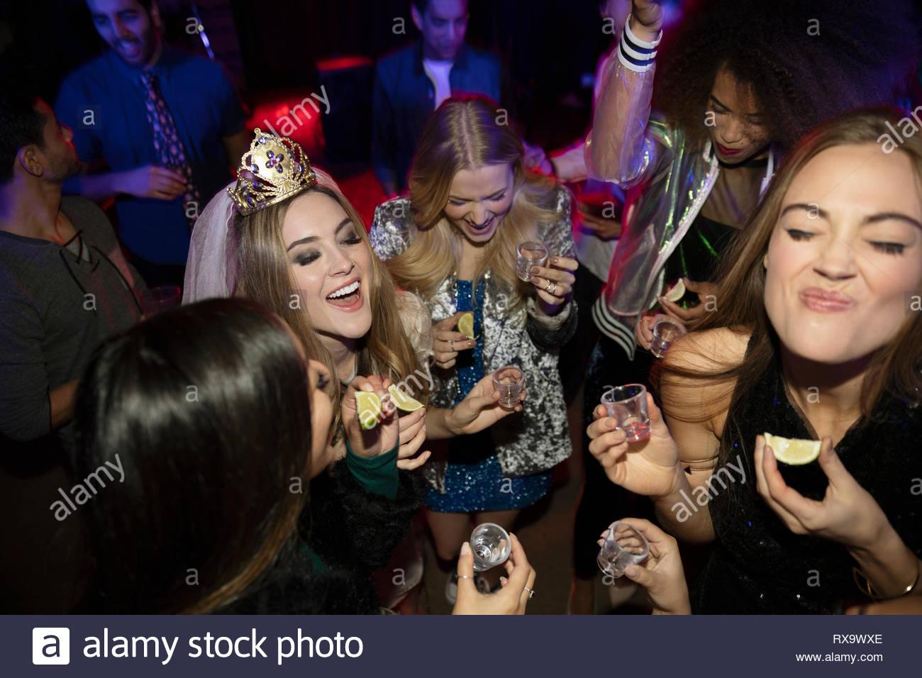Bachelorette und Freunde unter tequila Schüsse im Nachtclub Stockbild