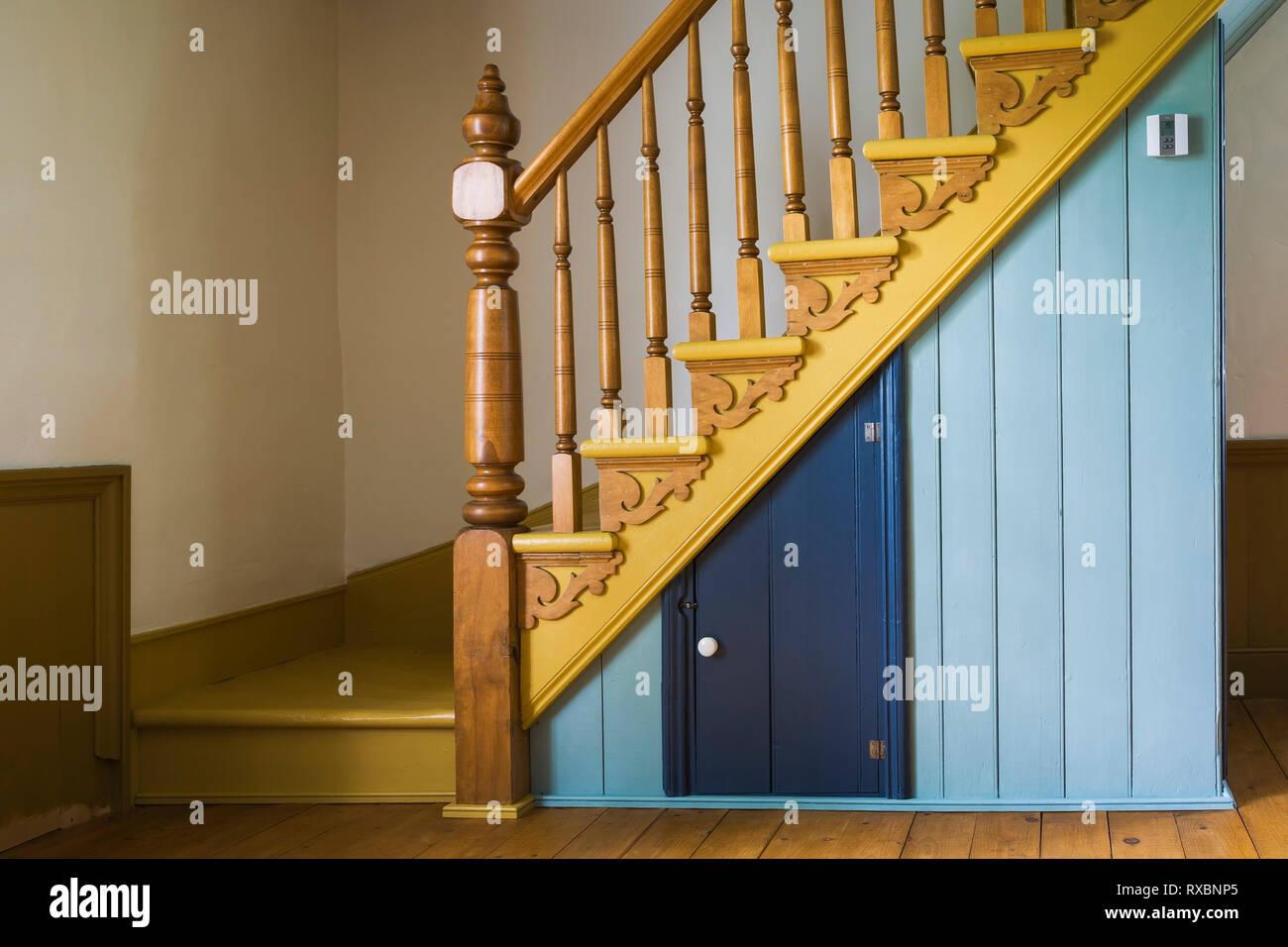 Gelb lackierte Holztreppe mit ausgefallenen Post und ...