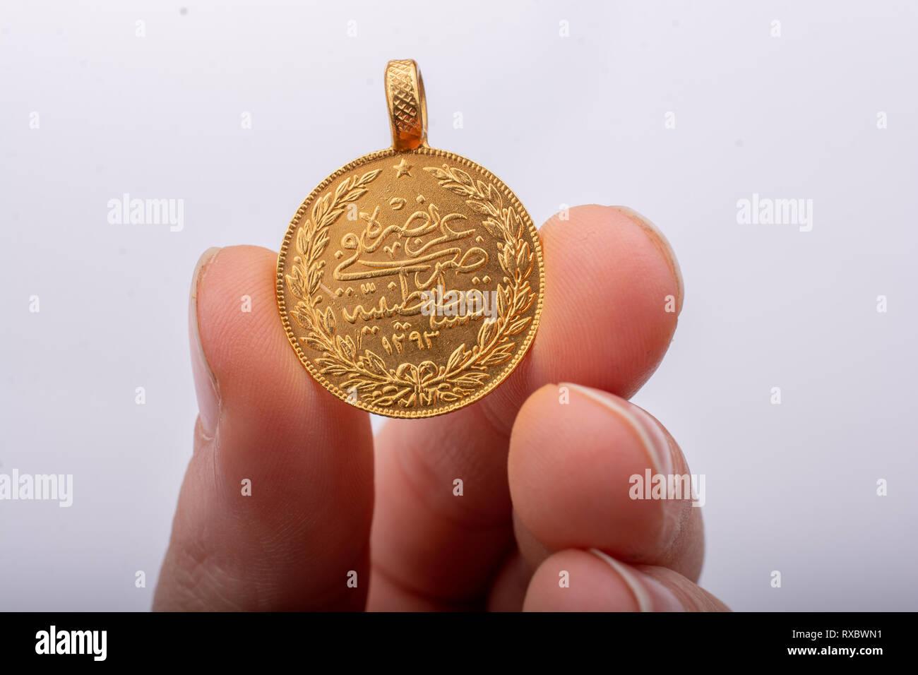Türkischen osmanischen Stil Gold Münze in der Hand auf