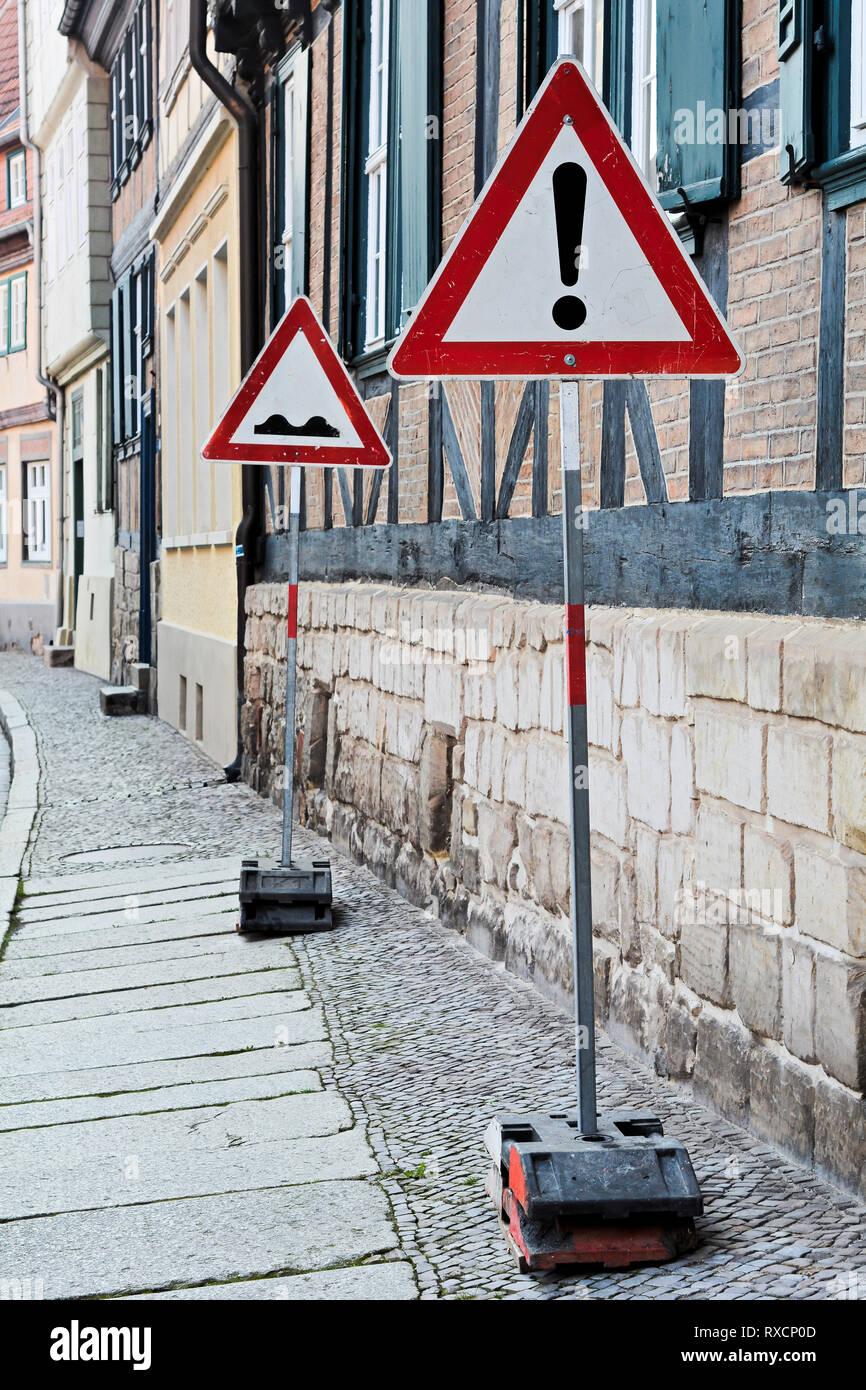 Verkehrszeichen in der Altstadt von Quedlinburg. Stockbild