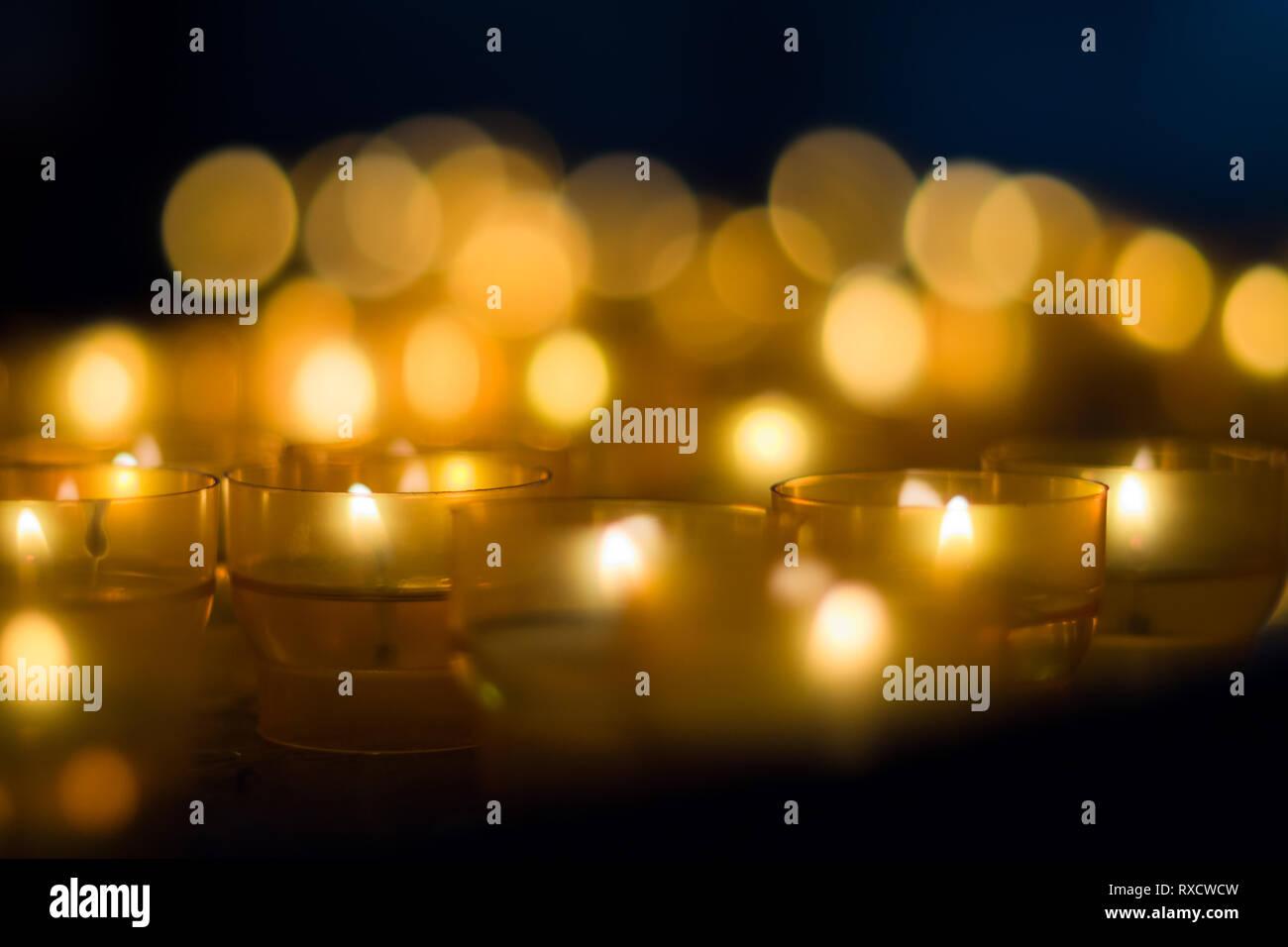 Impressionen vom Weihnachtsmarkt in Pfaffenhofen - Teelichter mit Bubble-Bokeh Stockfoto