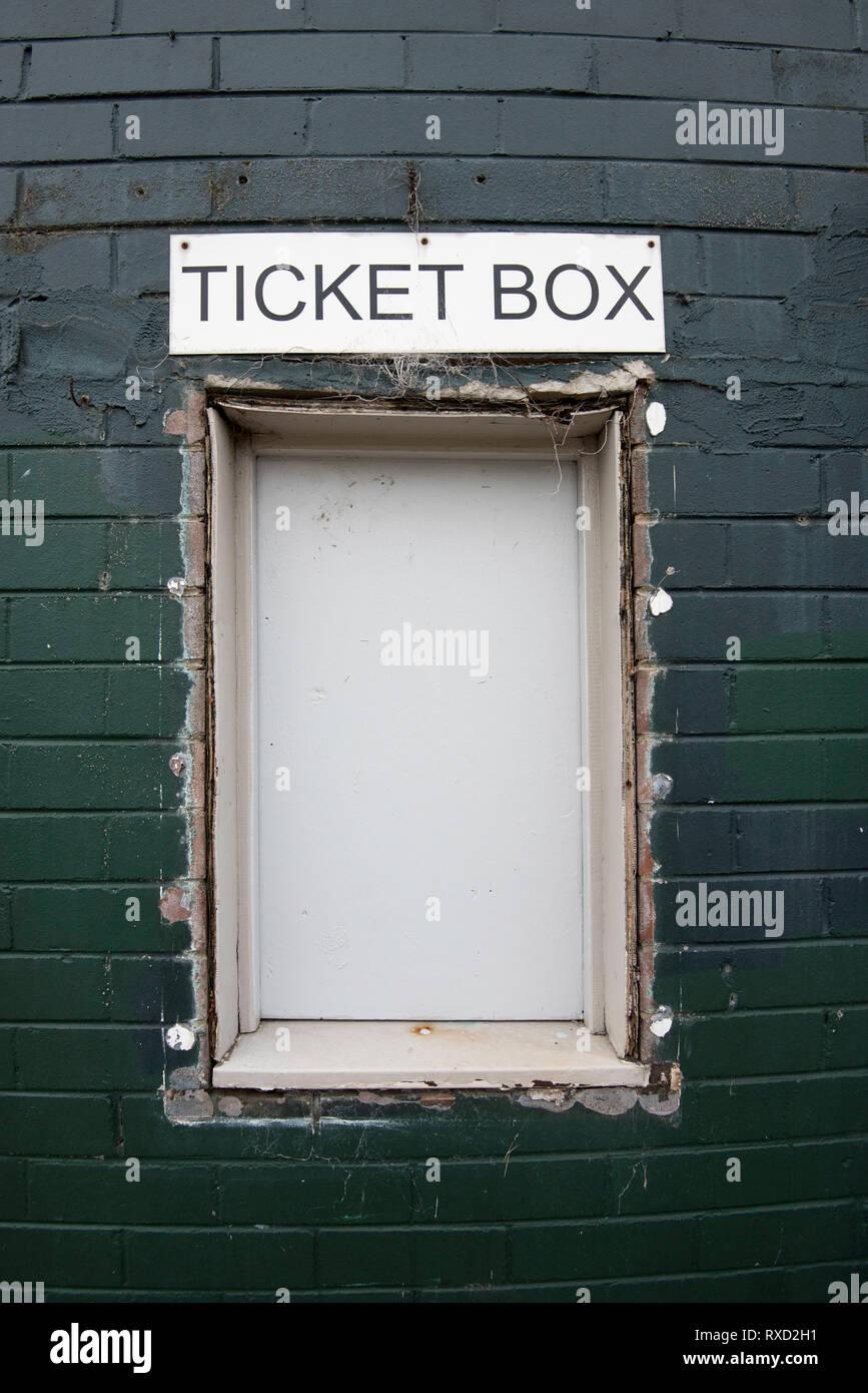 Ein altes ticket Box zu einem lokalen Sport Stadion, meist überflüssig Mit online Buchung Systeme Stockfoto