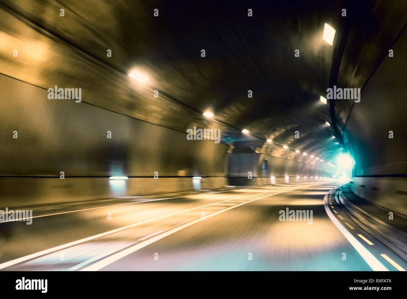 Fahrt durch den Tunnel - Licht am Ende des Tunnels Stockbild