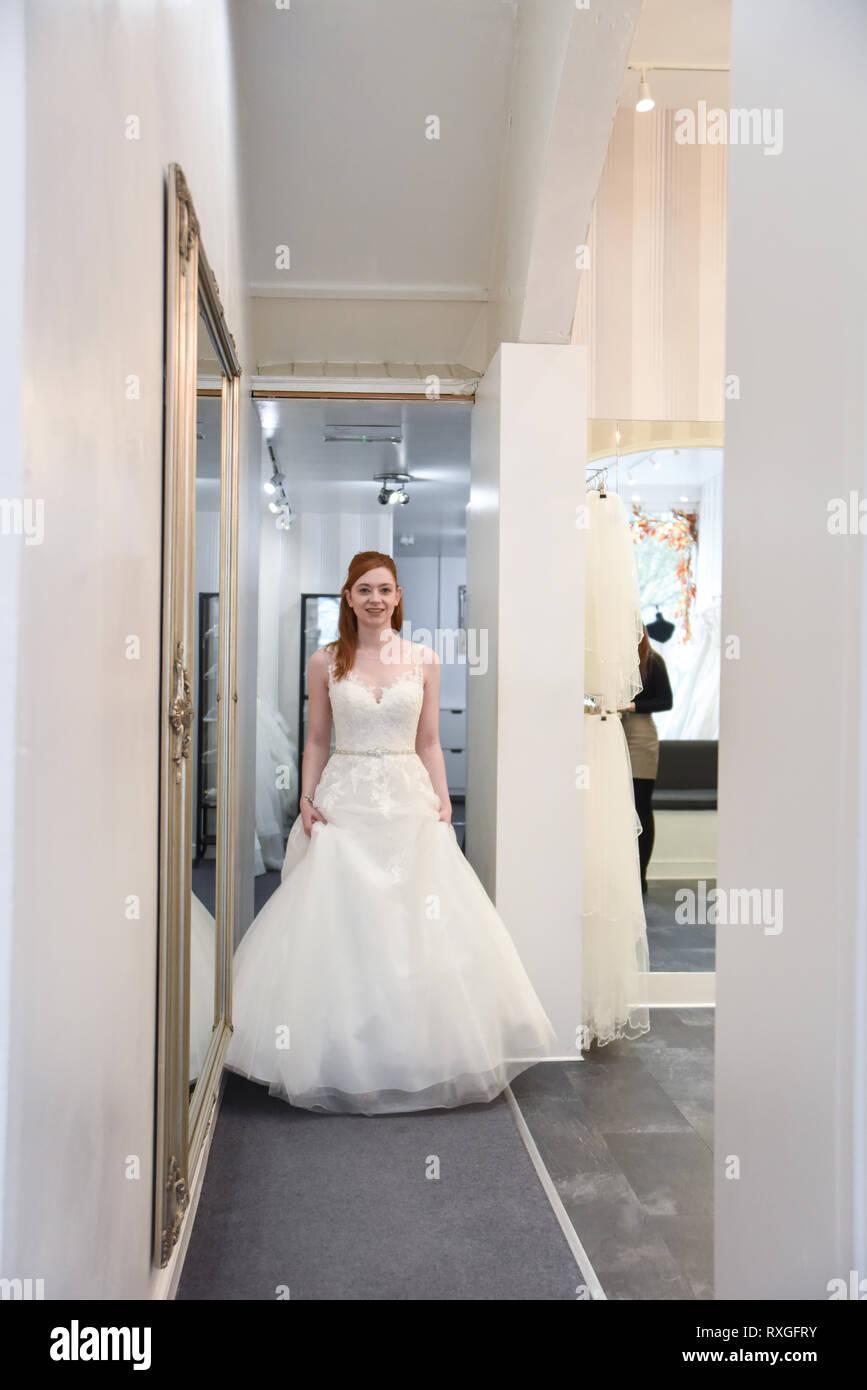 Madchen Das Brautkleider Betrachtet Stockfotos Und Bilder Kaufen Alamy