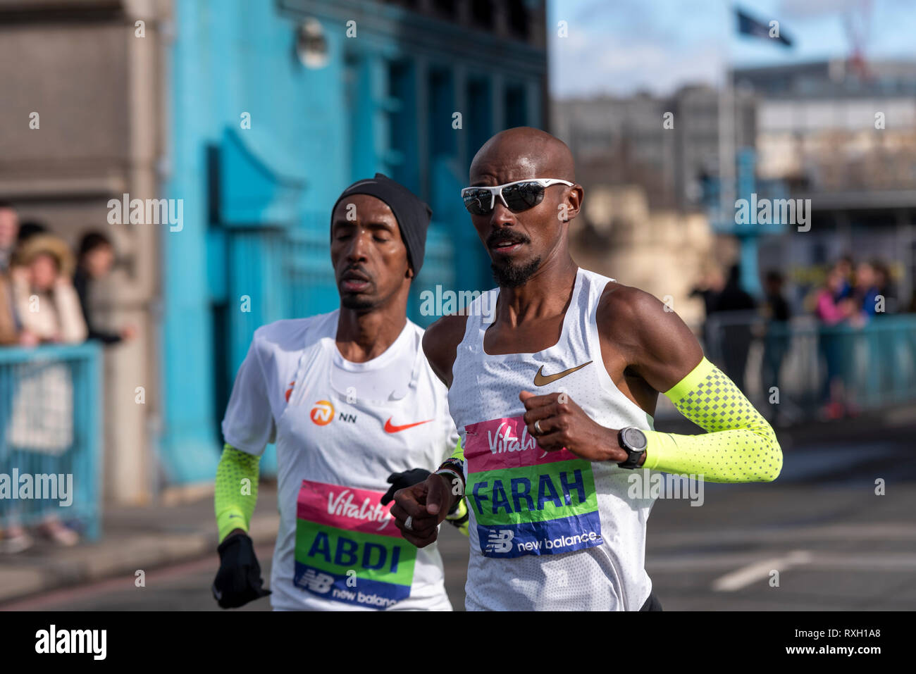 Mo Farah und Bashir Abdi läuft in der Vitalität große Hälfte Halbmarathon crossing Tower Bridge, London, UK. Stockbild
