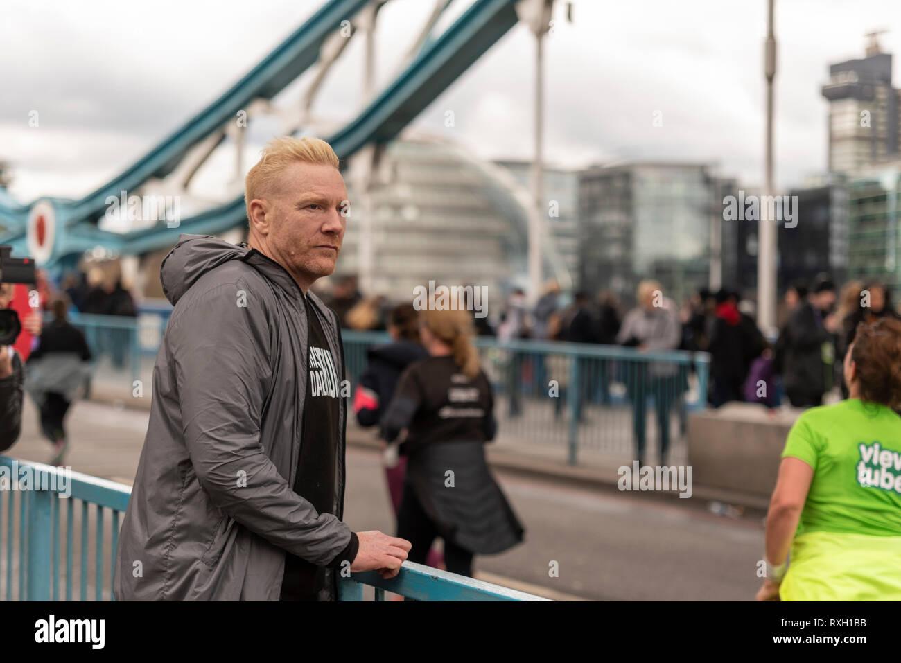 Athlet Iwan Thomas beobachten die Läufer in die Vitalität große Hälfte Halbmarathon crossing Tower Bridge, London, UK. Stockbild