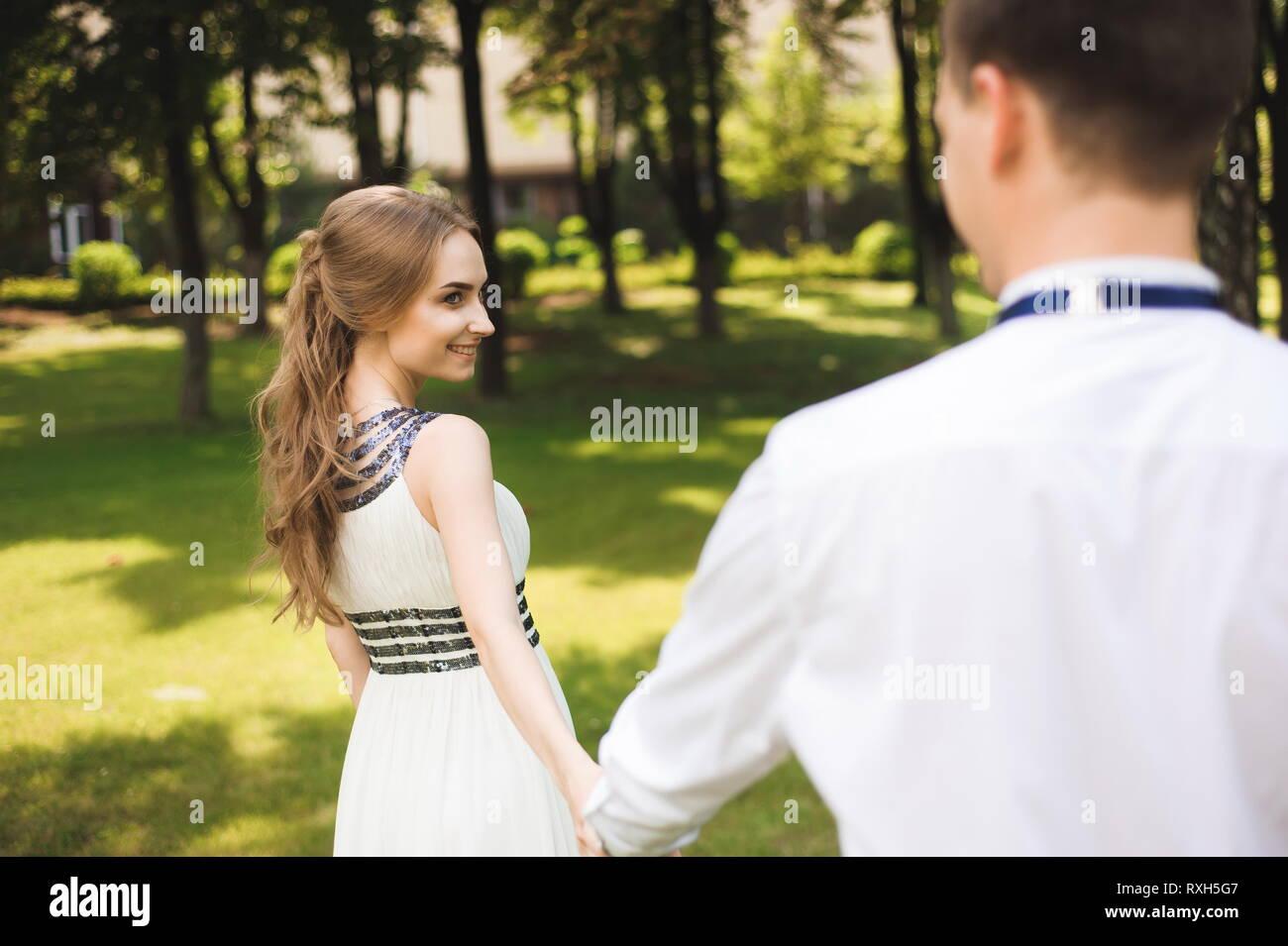 attraktive Farbe Sonderrabatt von besser Paar in Hochzeit Kleidung ist in den Händen vor dem ...