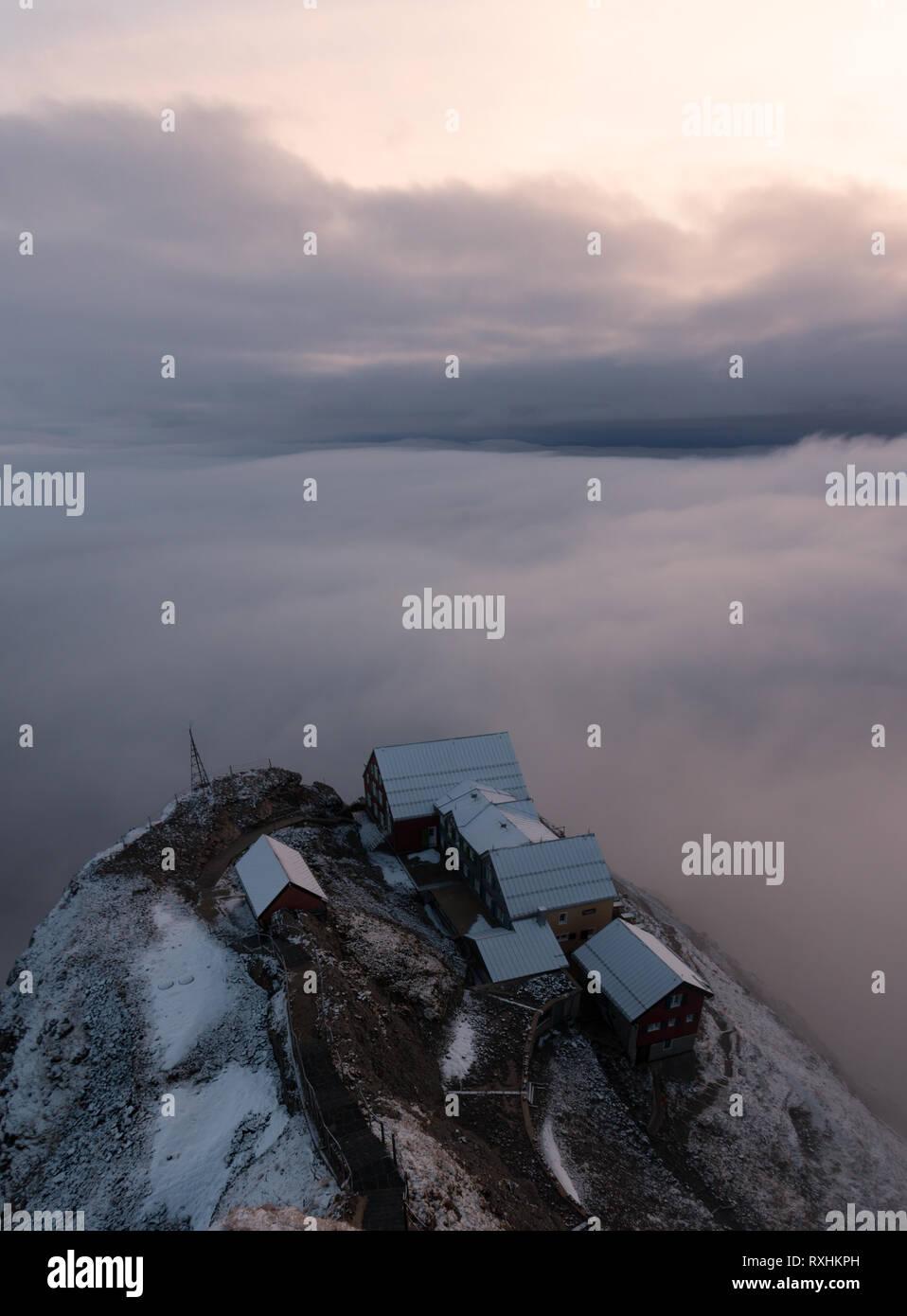 Die guesthous,, Alter Säntis in den schweizer Alpen bei einem nebligen, Nebel Sonnenaufgang. Stockbild
