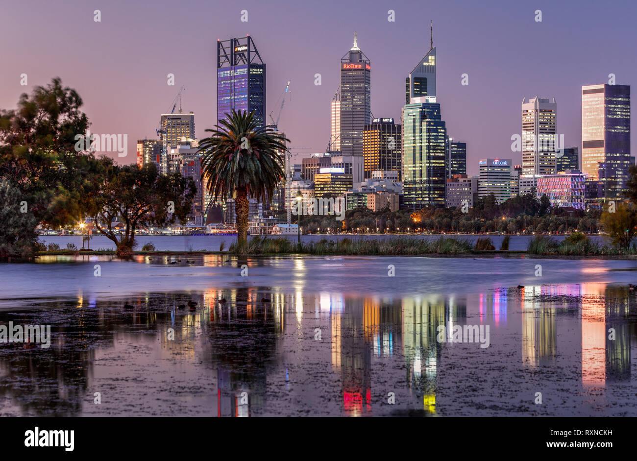 Am Abend Lichter der Stadt Perth, Western Australia. Stockbild