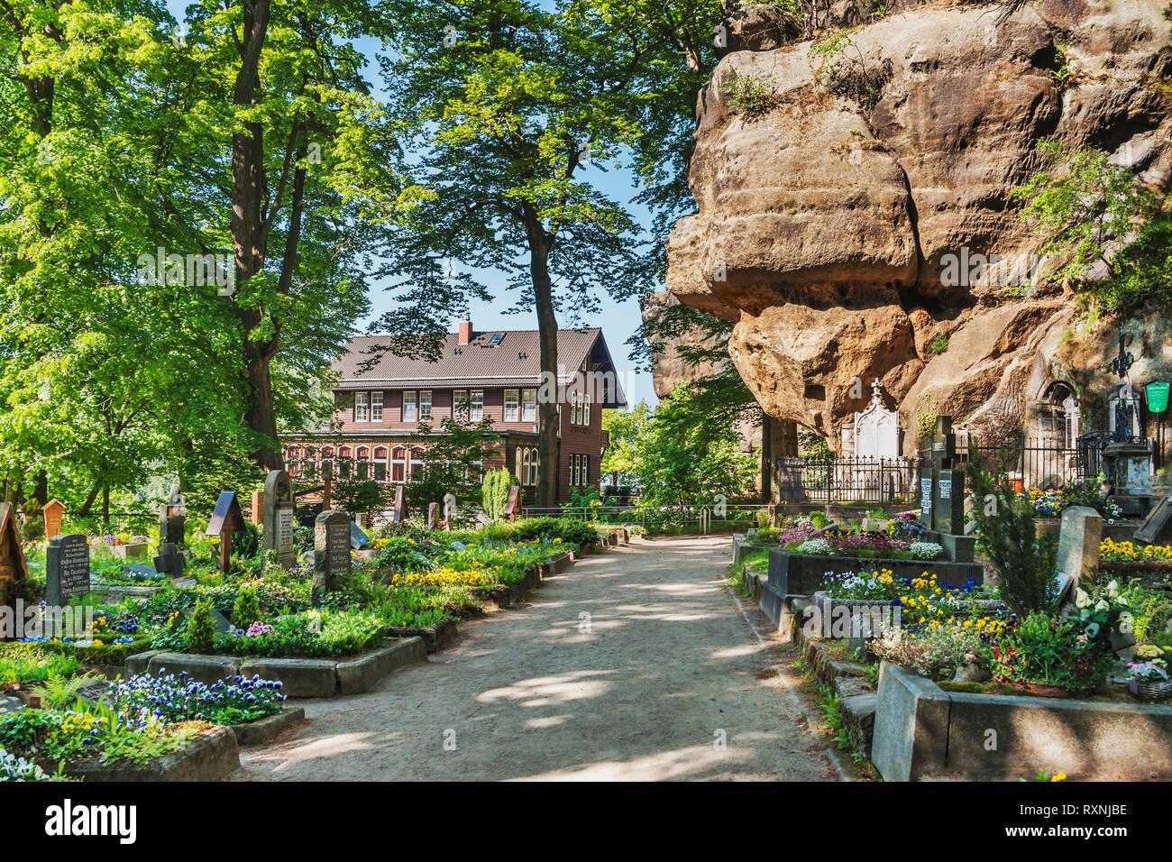 Der Friedhof und der Berggasthof (Mountain Inn) Oybin, Landkreis Görlitz, Sachsen, Deutschland, Europa Stockbild