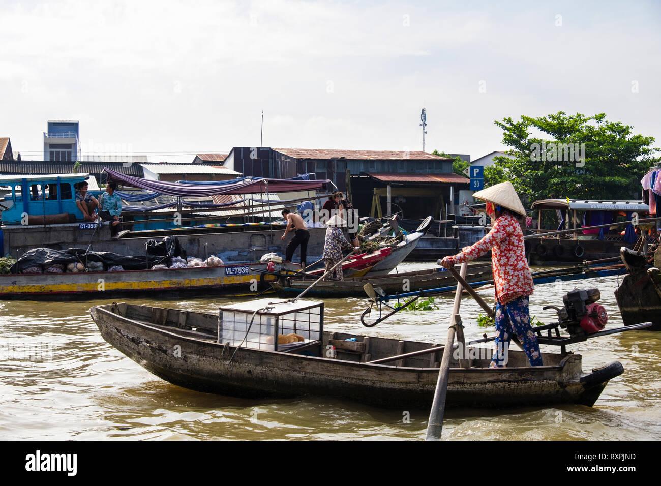 Frau Verkauf von Brot Brote aus einem kleinen traditionellen Boot in der schwimmende Markt auf Hau Flusses. Can Tho, Mekong Delta, Vietnam, Asien Stockbild
