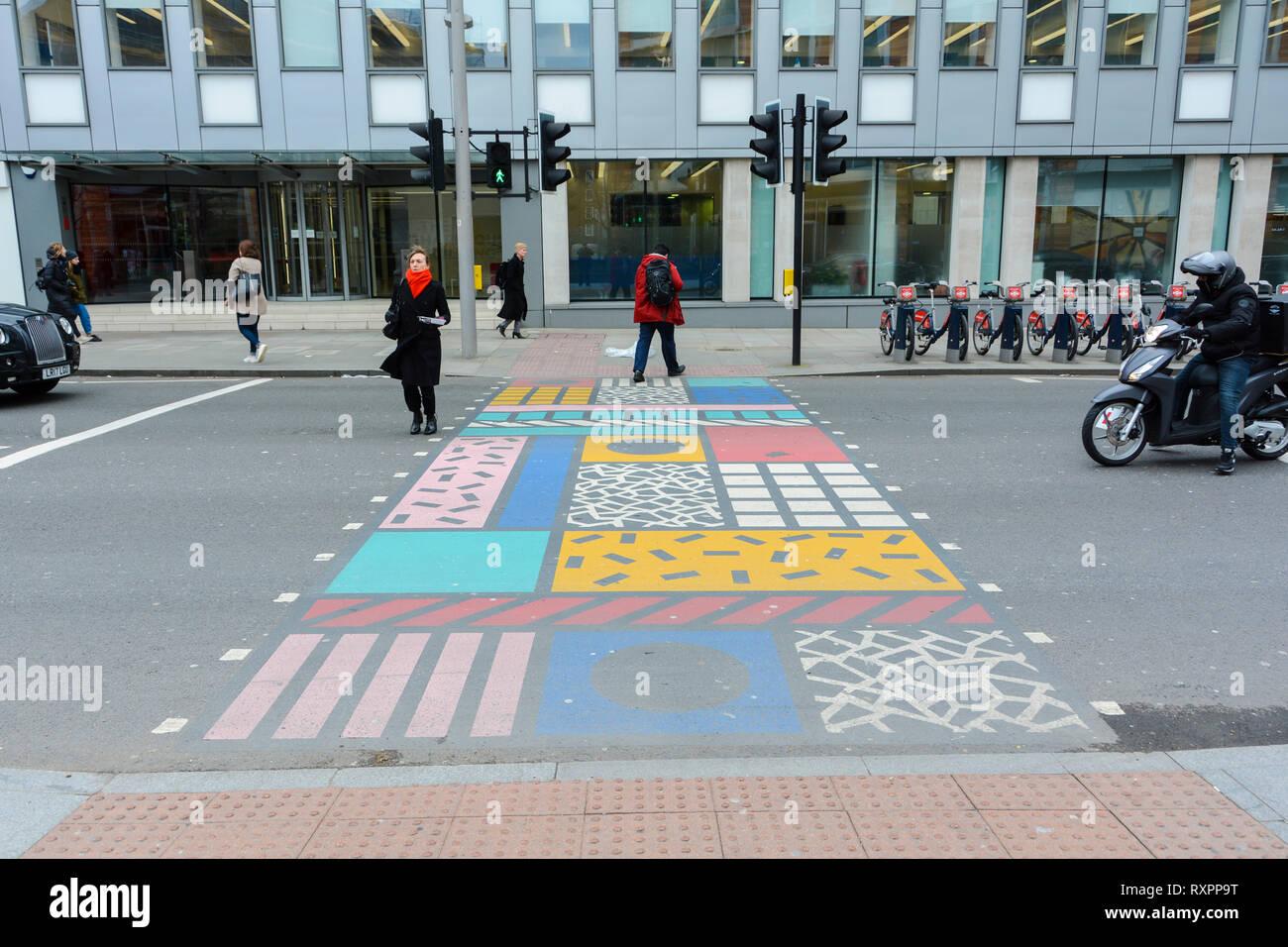 Camille Walala leicht verwitterte Bunt Kreuzungen in Southwark Street, London, UK Stockbild