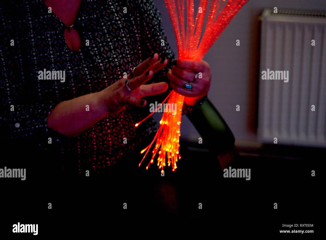Frau in der Farbtherapie in den Ruhestand care Home. multi sensorische Stimulierung healthcare Platz Stockfoto