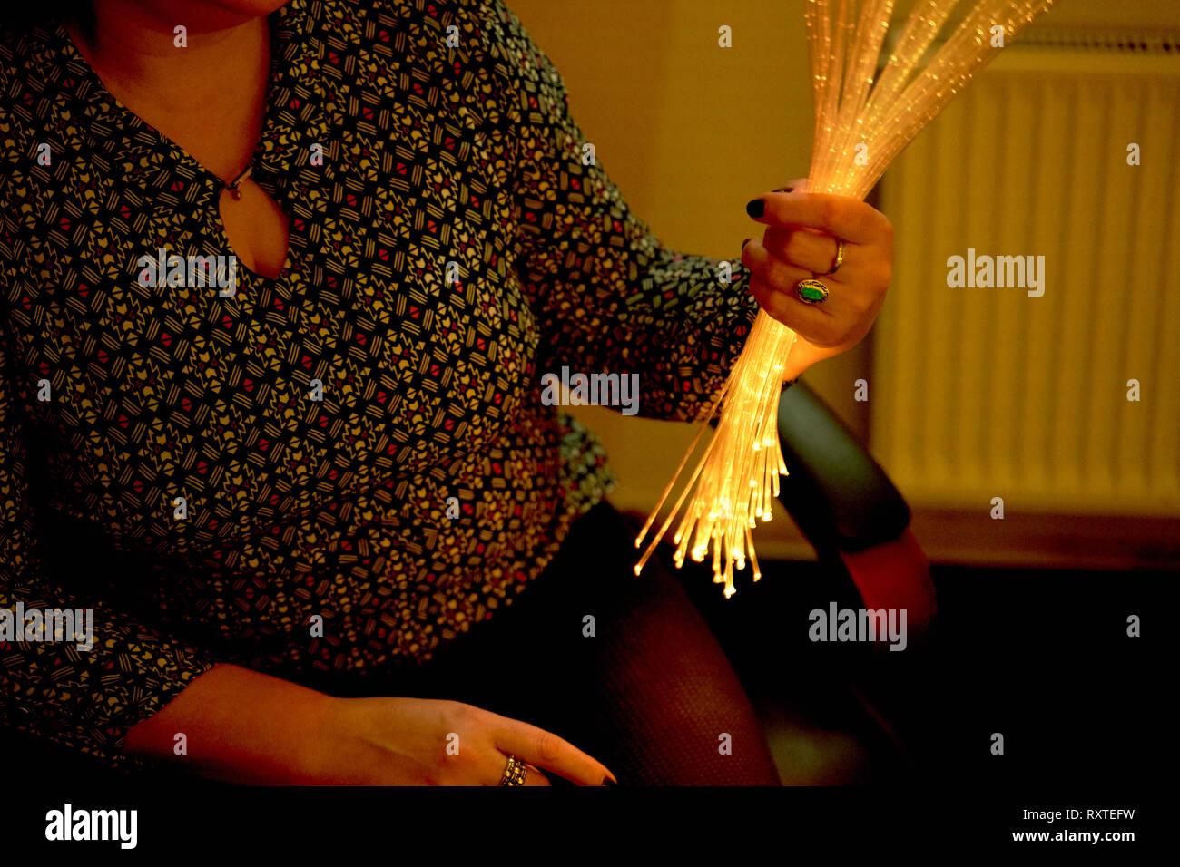 Frau in der Farbtherapie in den Ruhestand care Home. multi sensorische Stimulierung healthcare Platz Stockbild
