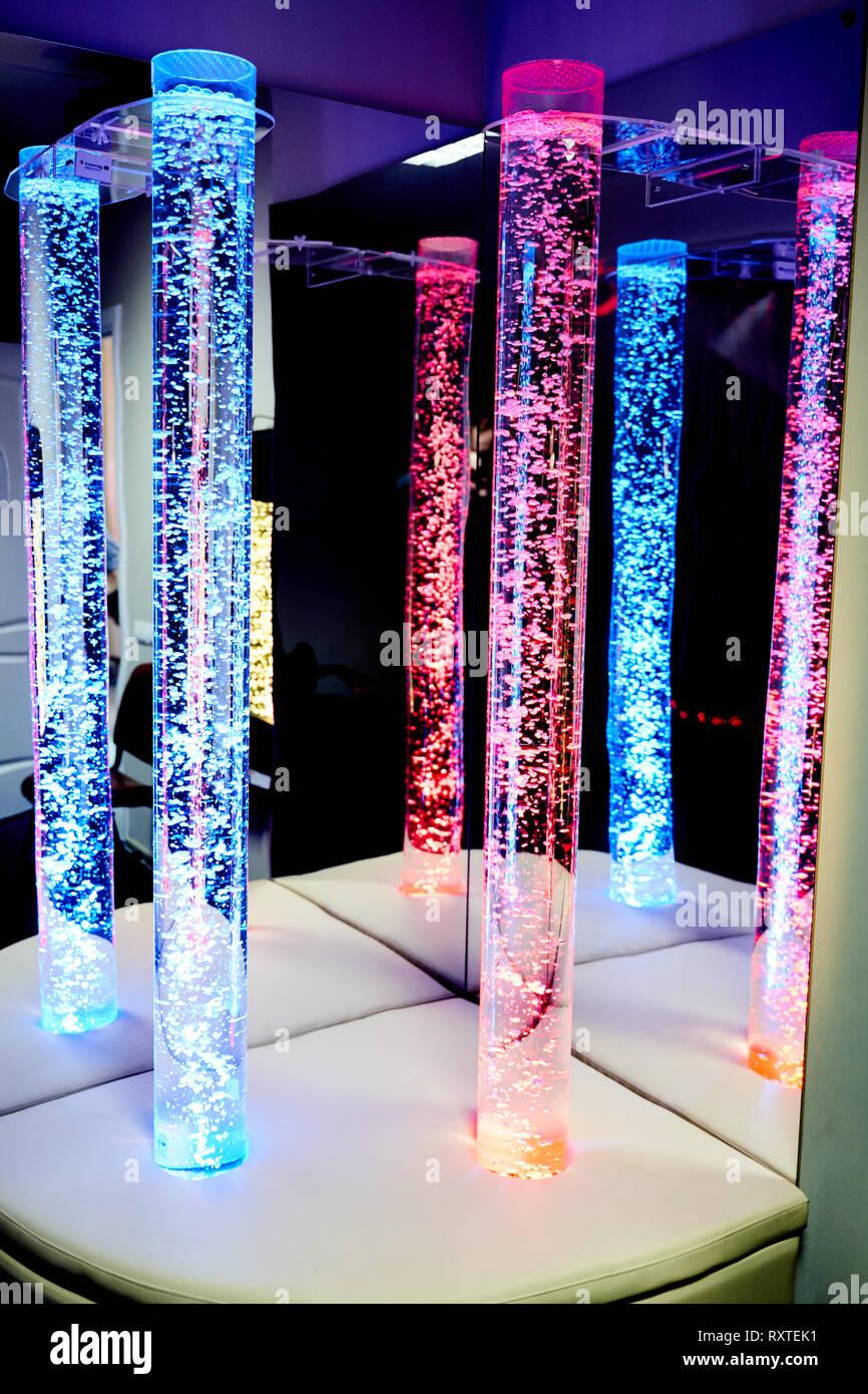 Therapie sensorische Stimulierung multi sensorische Zimmer mit bunten Lichtern bubble Röhrenlampe während der Therapie healthcare Seniorenheim Sitzung Stockbild