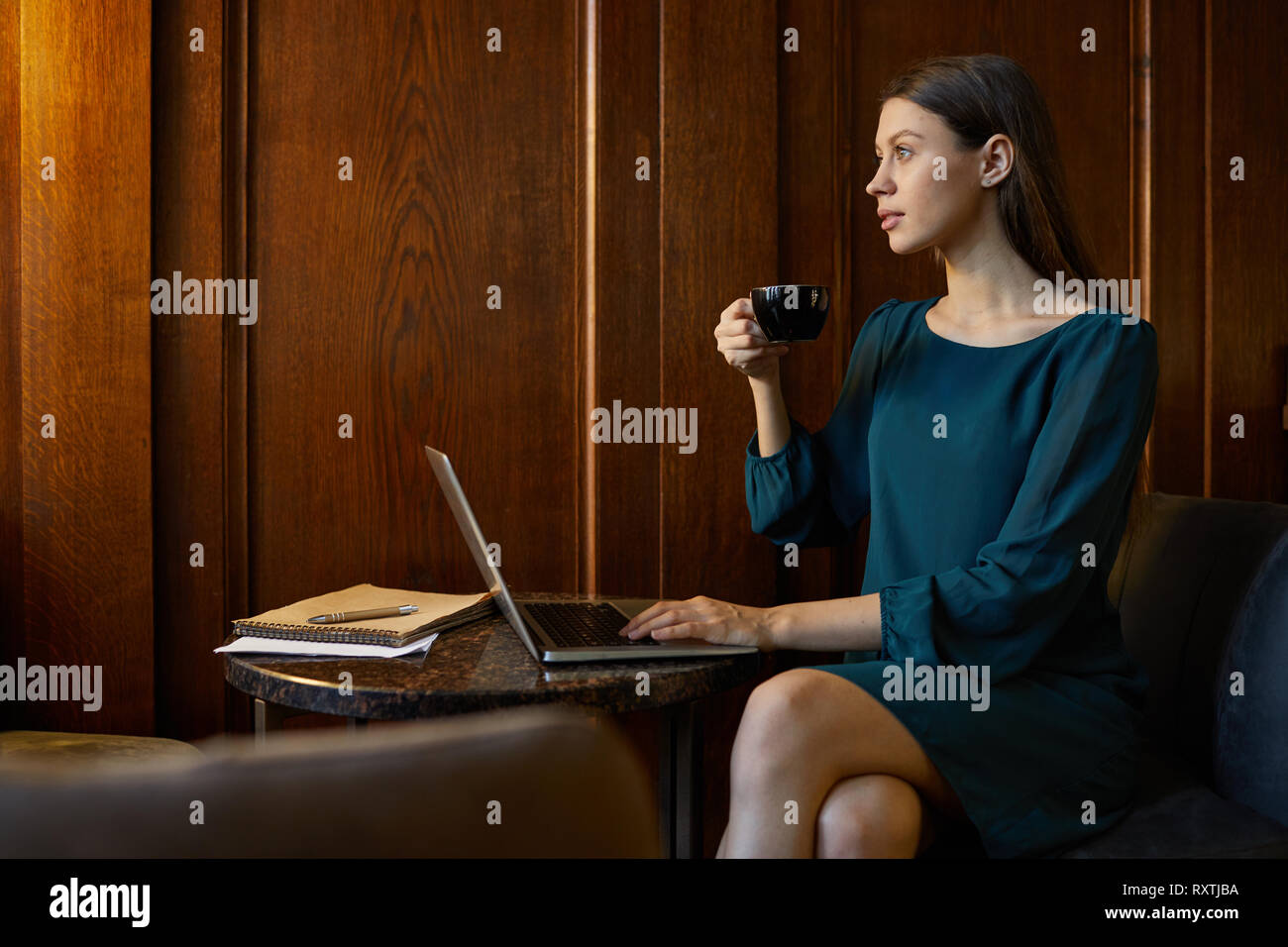 Frau mit Rest Stockfoto