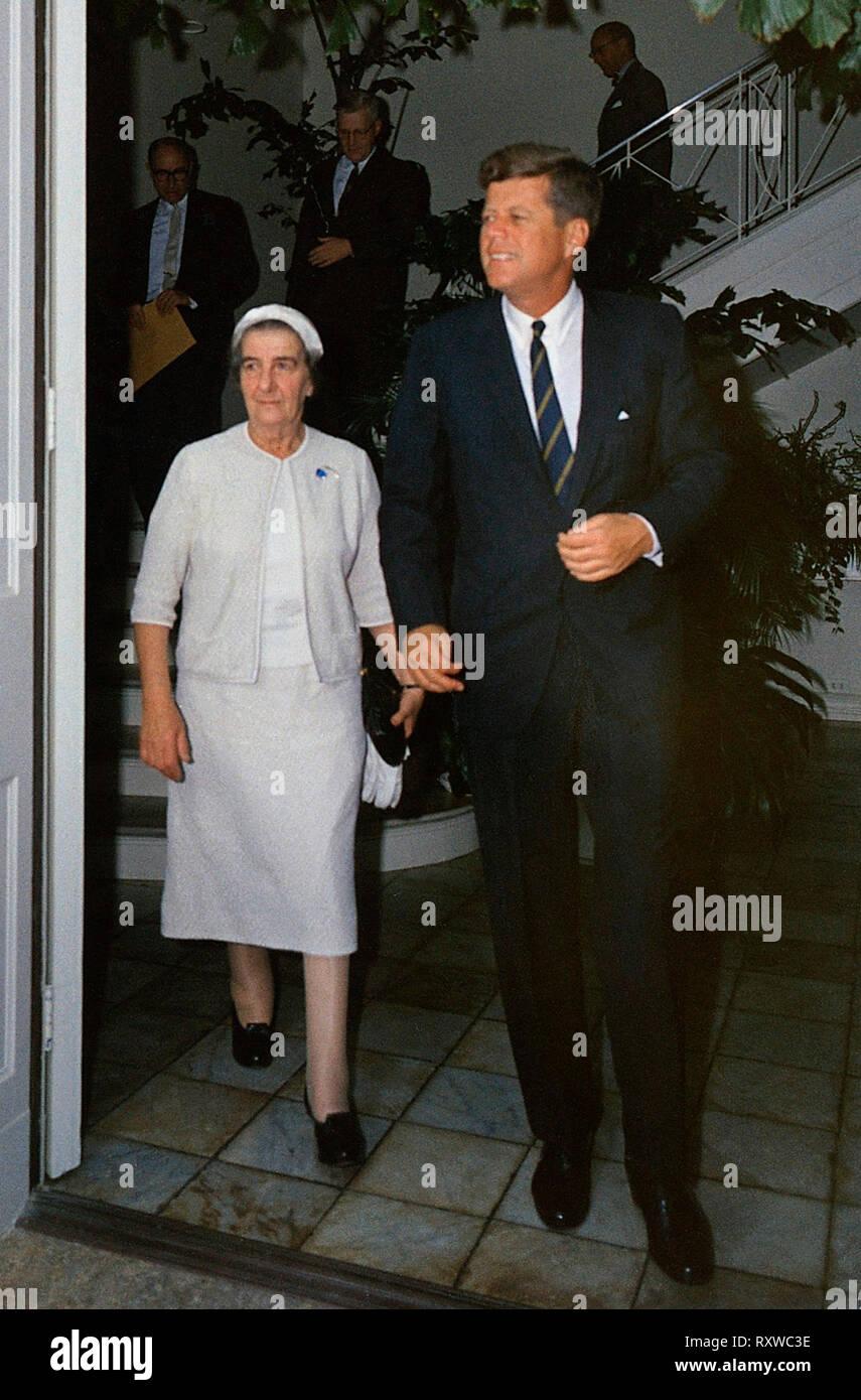Präsident John F Kennedy trifft sich mit Außenminister Israels, Golda Meir, Dezember 1962 Stockbild