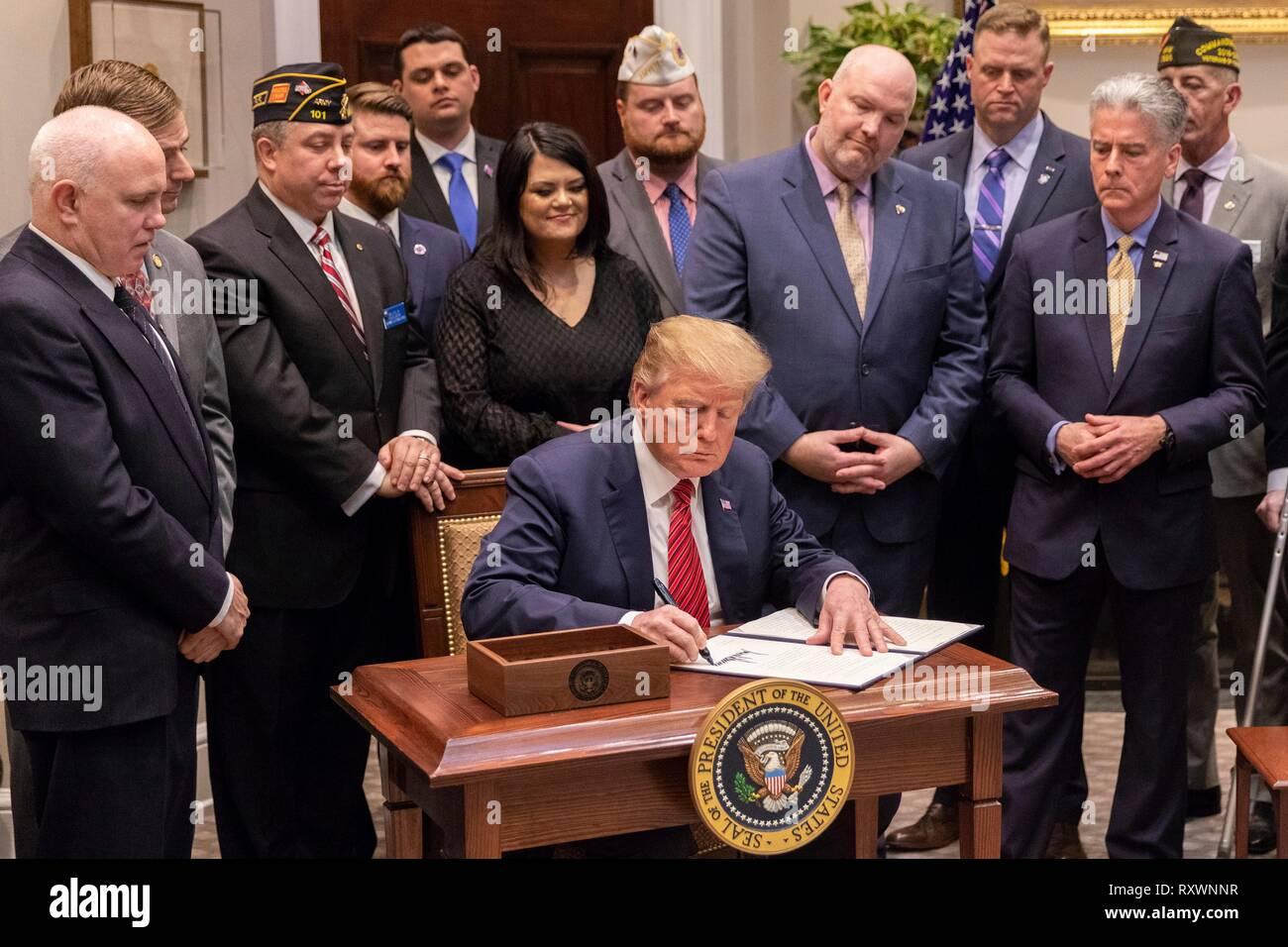 Us-Präsident Donald Trump Zeichen eine Ausführungsverordnung, die verhindert, dass Initiative im Roosevelt Raum des Weißen Hauses März 5, 2019 in Washington, DC. Die Initiative fordert eine Nationale Roadmap zu den Veteranen befähigen und Ende einer nationalen Tragödie des Selbstmords. Stockbild