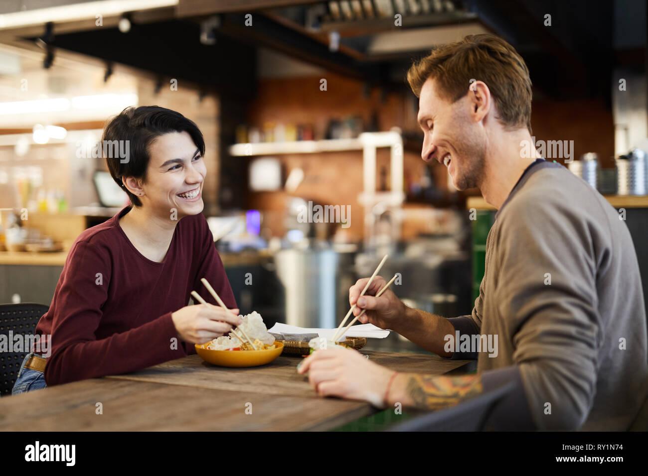 Freundliche Paar auf Chinesisch Essen Restaurant Stockbild