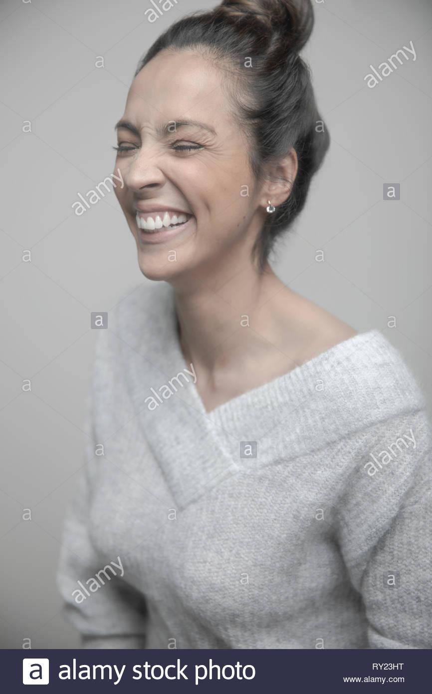 Porträt unbeschwert schöne Frau lachend Stockbild
