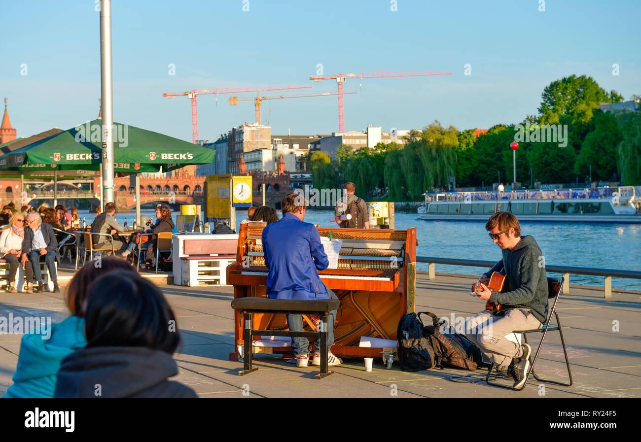 Musiker, Spreeufer, Muehlenstrasse, Friedrichshain, Berlin, Deutschland, M³hlenstrasse Stockbild